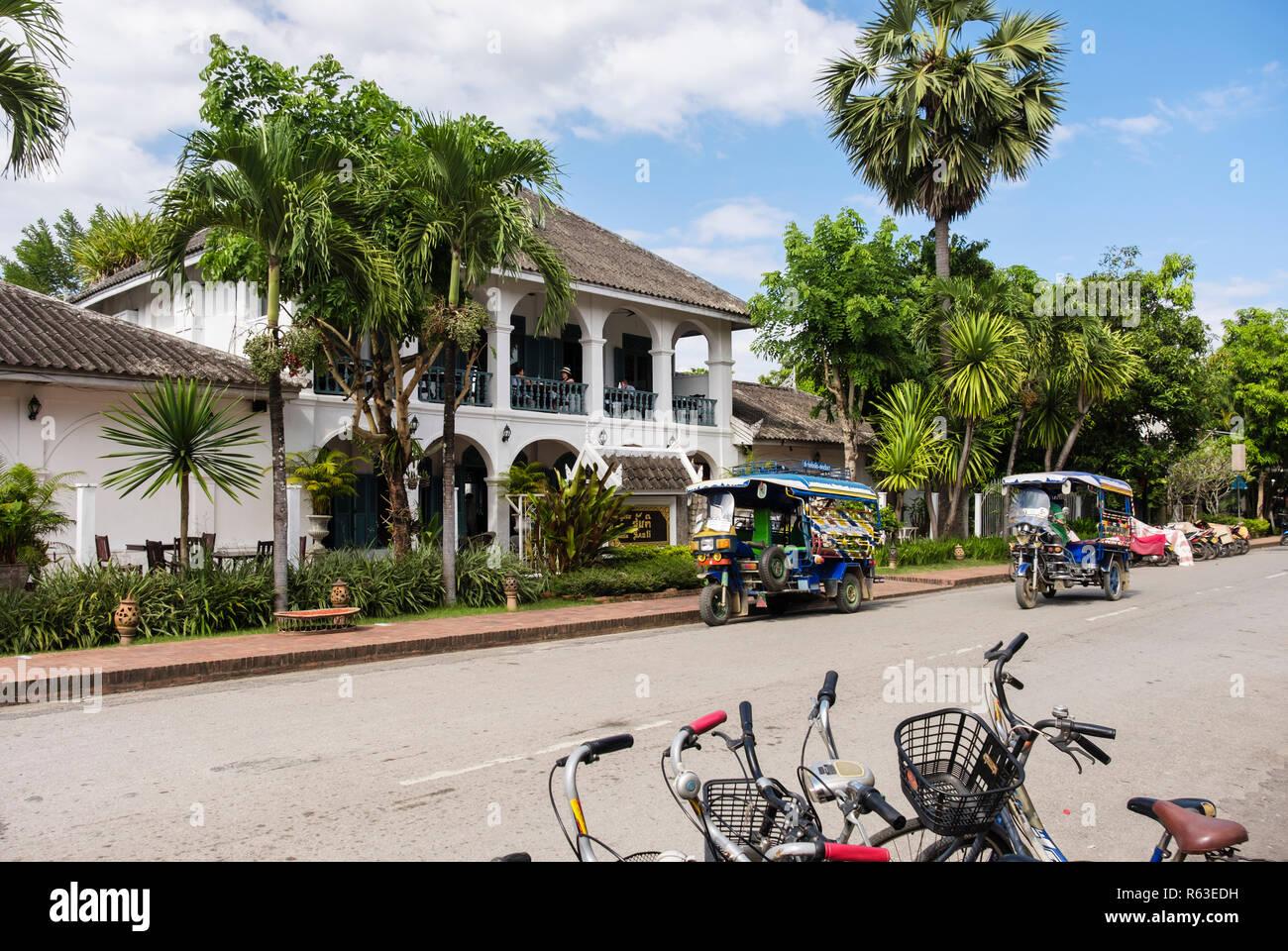 Tuk Tuks Die In Der Strasse Ausserhalb Der Villa Santi Hotel Im