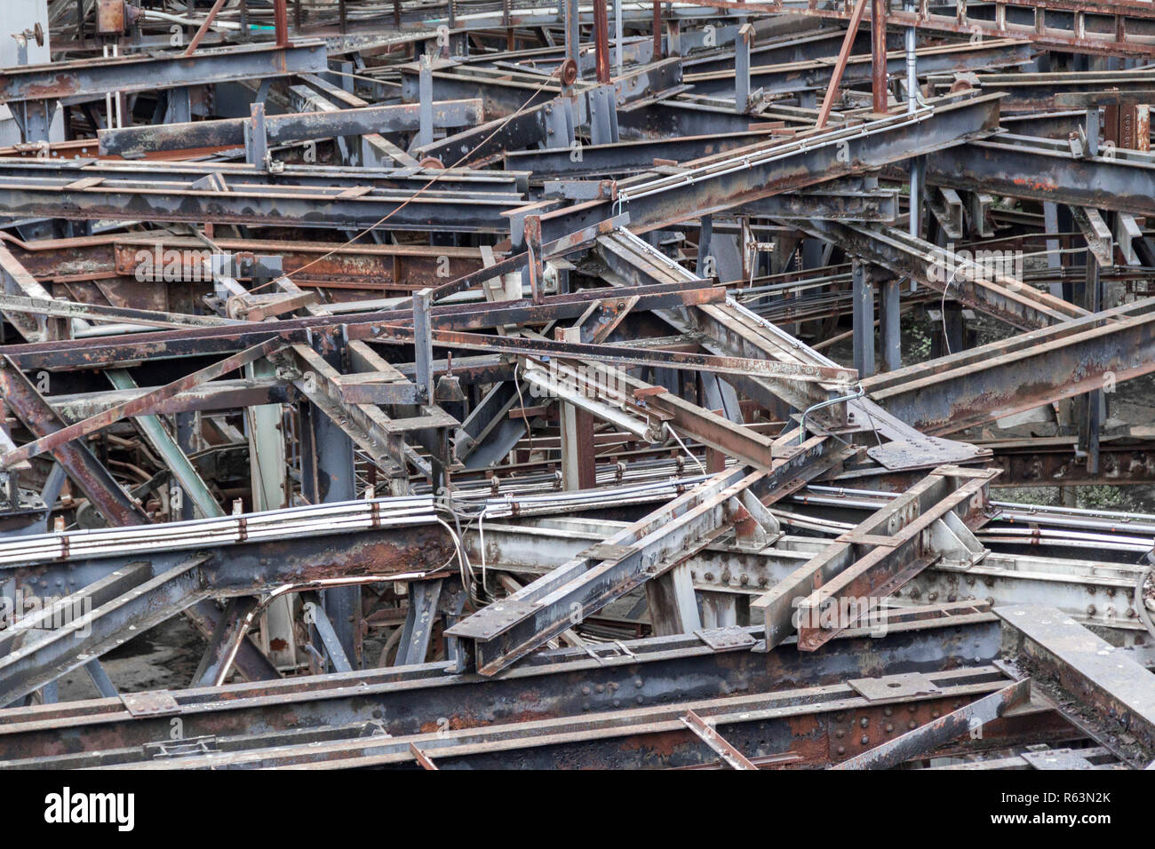 Verwitterte rusty industrielle Landschaft mit vielen alten korrodierter Stahlträger Stockbild