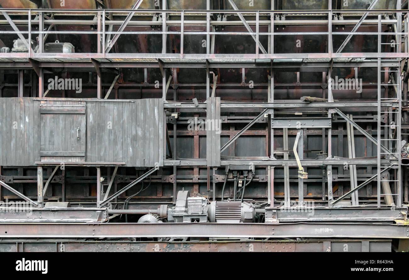 Verwitterte rundown industrielle Landschaft mit alten korrodierter Stahlträger Stockbild