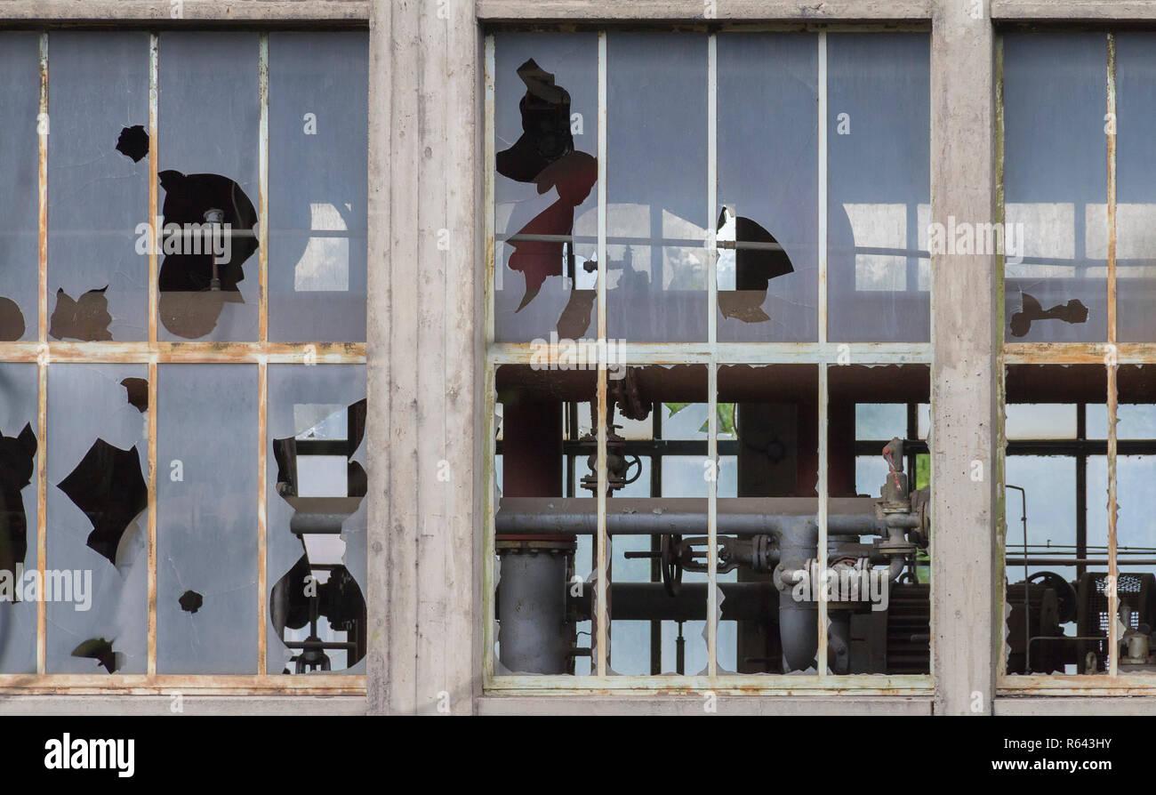 Verwitterte Industrial Building Detail mit alten heruntergekommenen Windows Stockbild