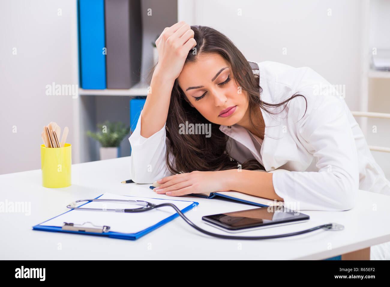 Müde Ärztin schlafen in Ihrem Büro. Stockfoto