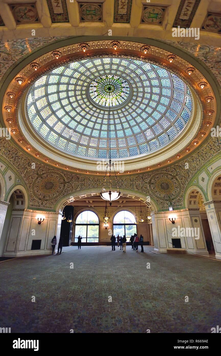 Chicago, Illinois, USA. Die 38-Fuß-Tiffany Glas Kuppel gestaltet von der Künstlerin J. A. Holtzer. In der Preston Bradley Hall im Chicago Cultural Center. Stockfoto