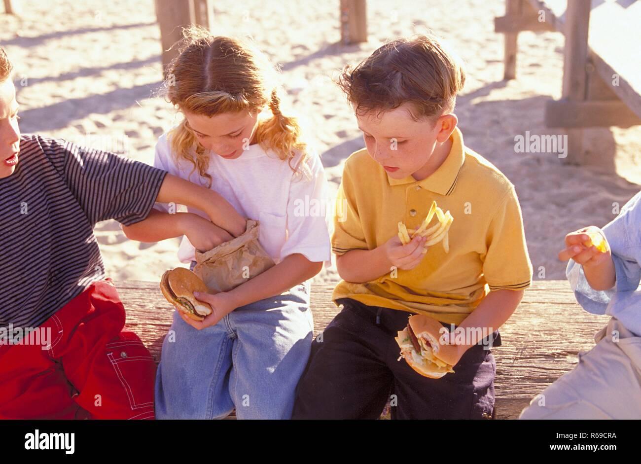 Artikel Von Klettergerüst : Gruppe 3 jungen und 1 maedchen im alter von 6 8 jahren artikel in