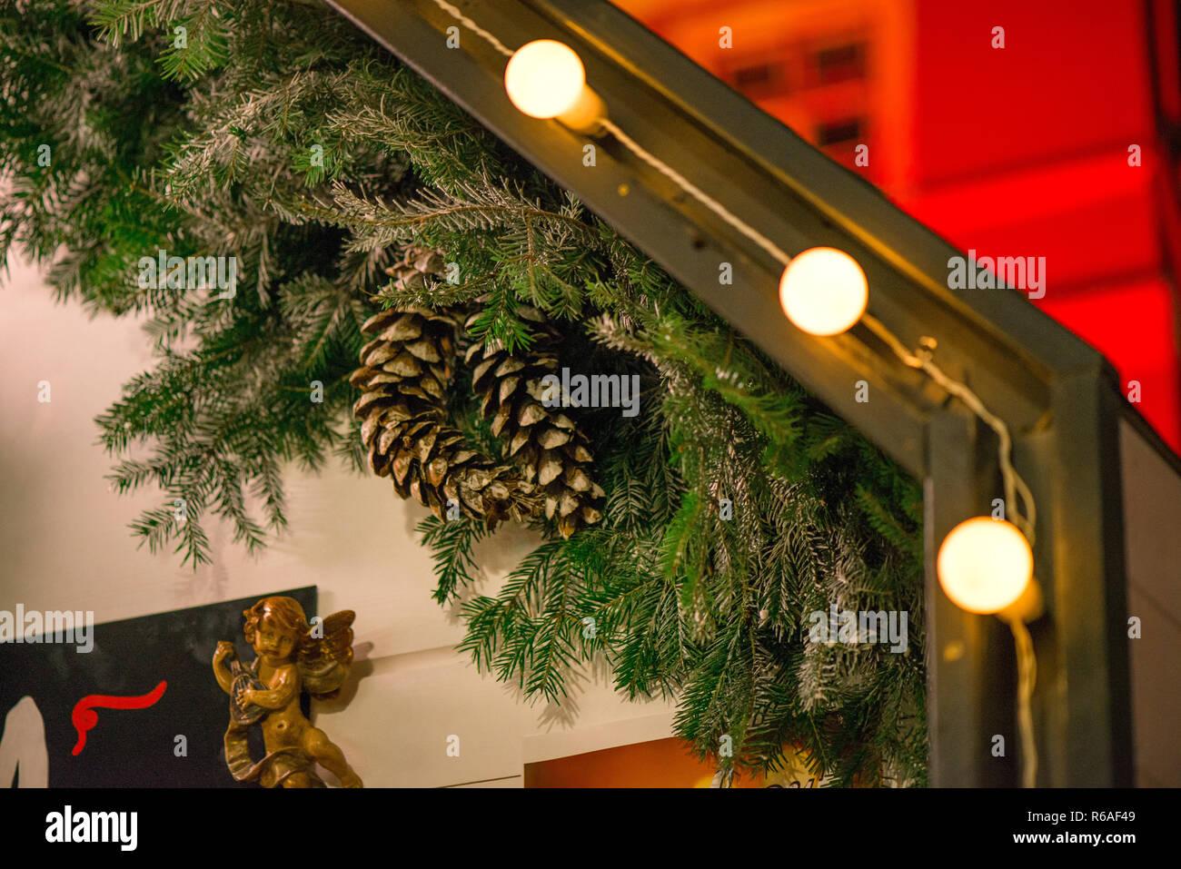 Weihnachtsbeleuchtung Tannenzapfen.Schönen Weihnachtsschmuck Hängen Auf Dem Dach Vor Dem Haus Grünen