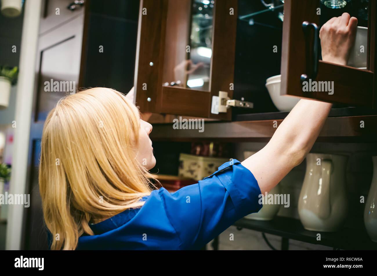 Weihnachtsbaum Service.Frau Hausfrau In Der Küche Mädchen Zieht Aus Dem Regal Schrank