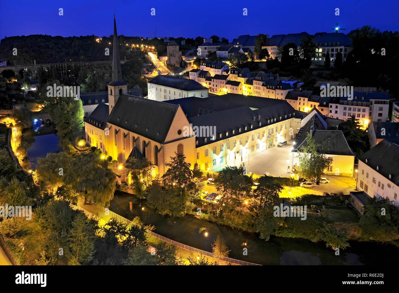 Blick auf Abbaye de Neumünster und St Jean du Grund Kirche in Luxemburg Stockbild