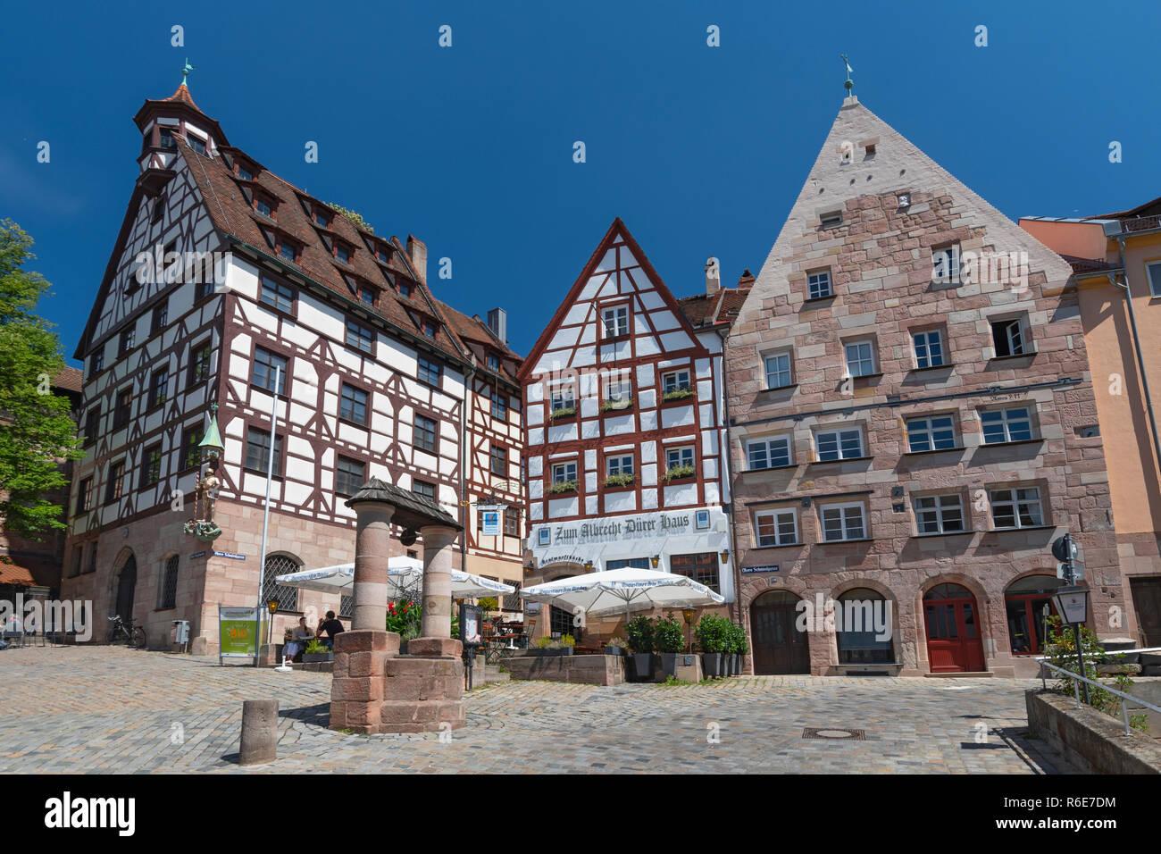 Altstadt und dem Platz Tiergärtnertorplatz mit dem Haus Pilatushaus und das Restaurant Albrecht-Duerer-Haus, Mittelfranken, Bayern, Nürnberg, Stockbild