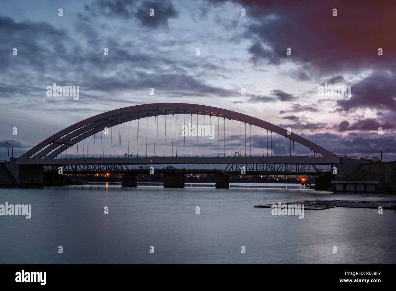 Eisenbahnbrücke über den Fluss Wisla Martwa bei Dämmerung in Danzig. Polen Europa. Stockfoto
