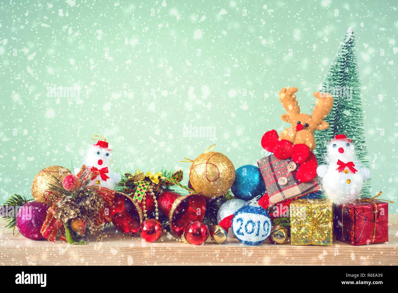 Weihnachtsbaum Schneit.Weihnachten Hintergrund Weihnachtsbaum Und Ornamente Liegen Auf