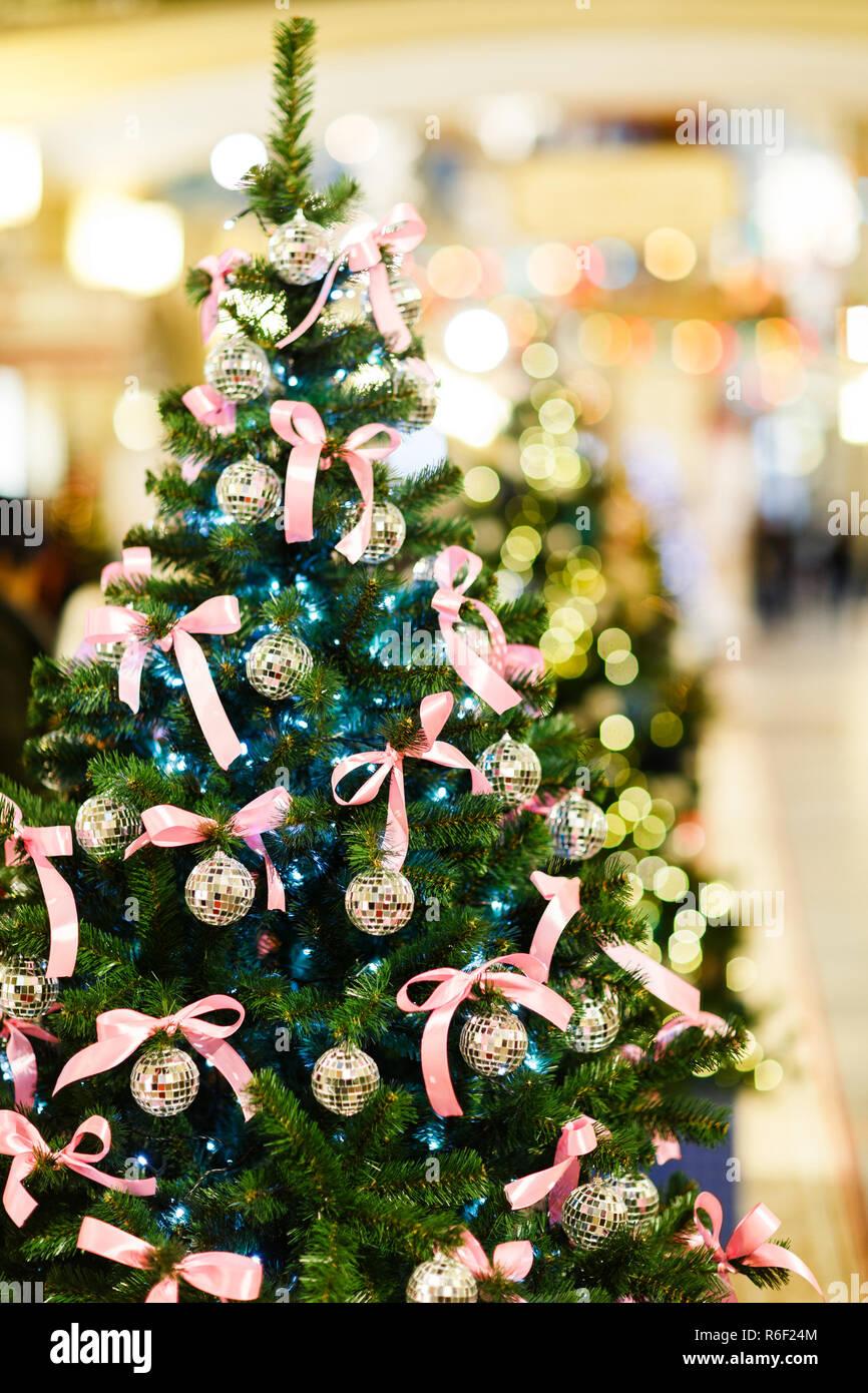 Schleifen Weihnachtsbaum.Foto Weihnachtsbaum Mit Kugeln Mit Pailletten Rosa Schleifen