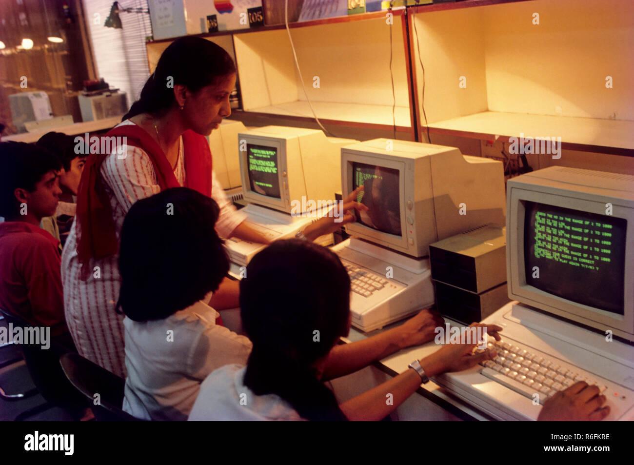Kinder lernen Computer und Lehrer Unterricht Stockfoto