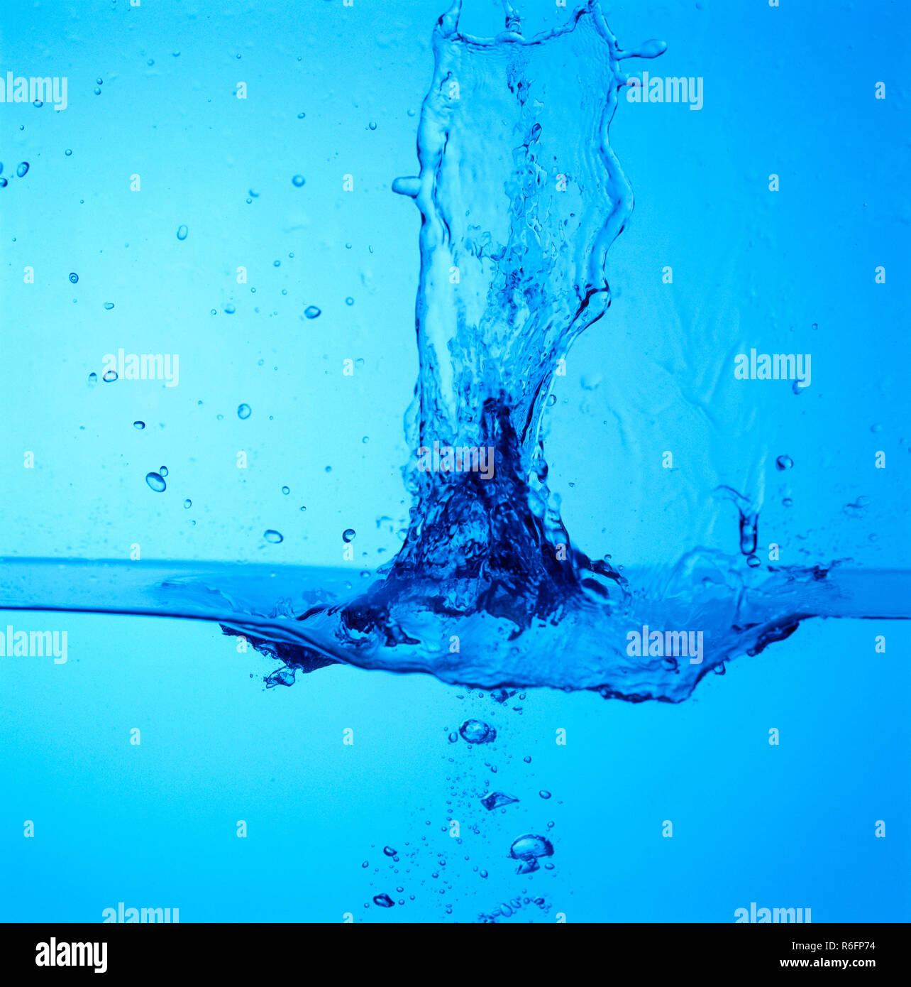 Konzept, Wassertropfen spritzen mit blauer Hintergrund Stockbild