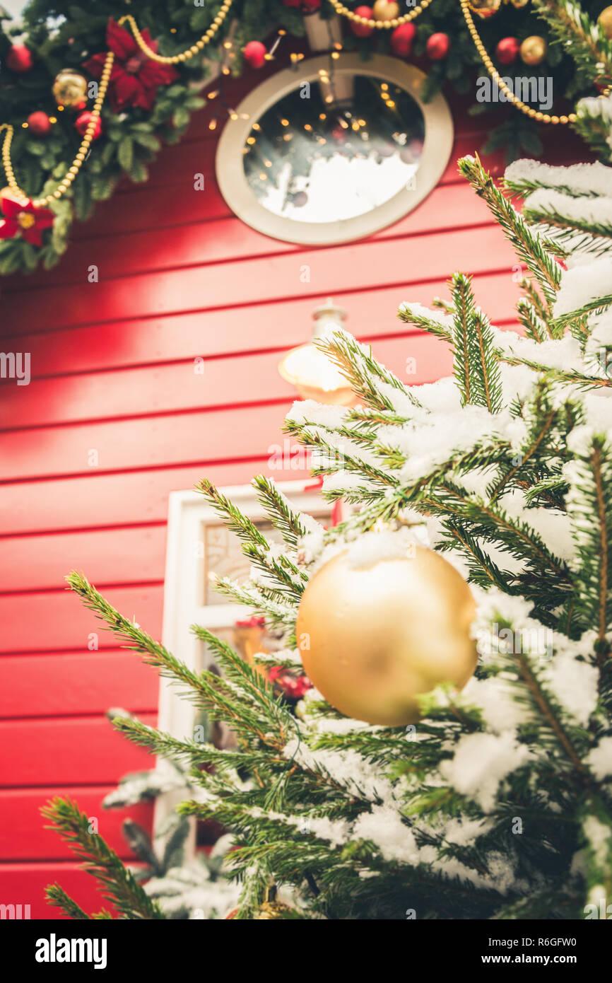 Traditionelle Weihnachtsgeschenke.Traditionelle Dekorative Rote Kiosk Für Werkstatt Und Verkauf