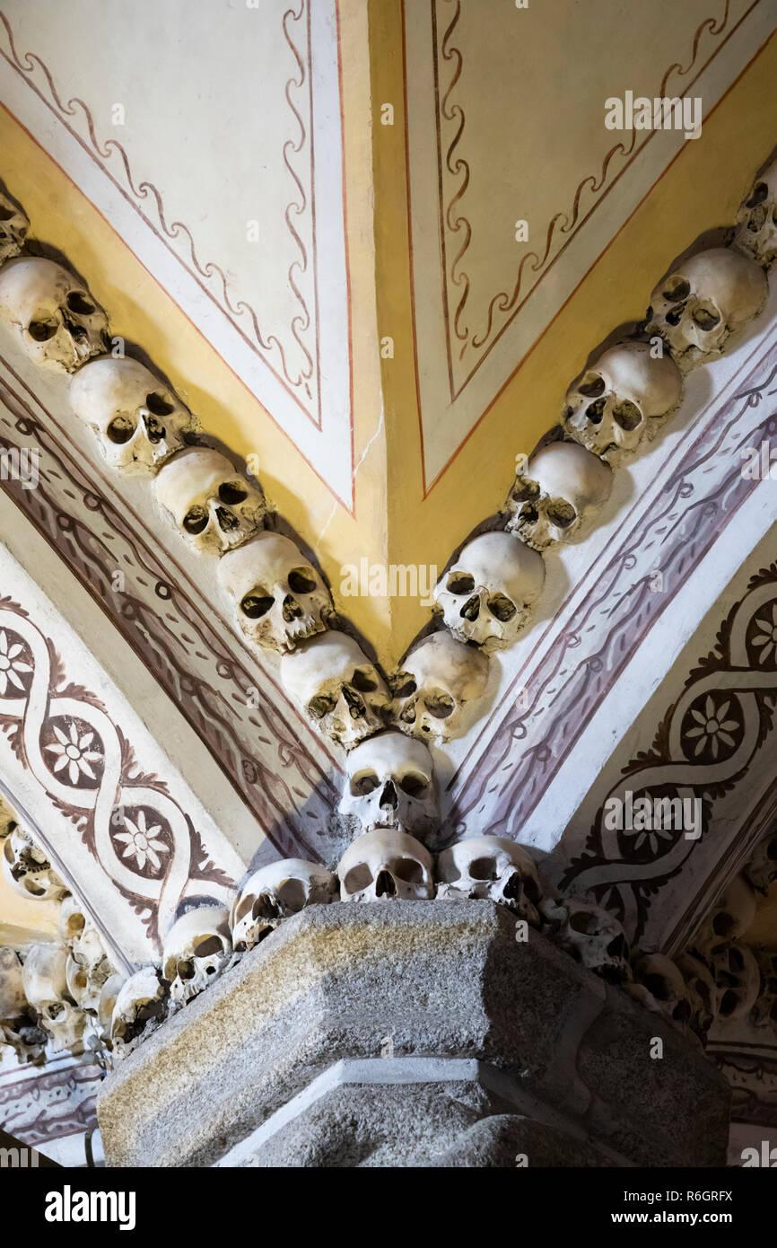 Schädel und Knochen der ehemaligen Mönche an den Wänden im Inneren der Capela dos Ossos Knochen Kapelle, Évora, Alentejo, Portugal, Europa Stockbild