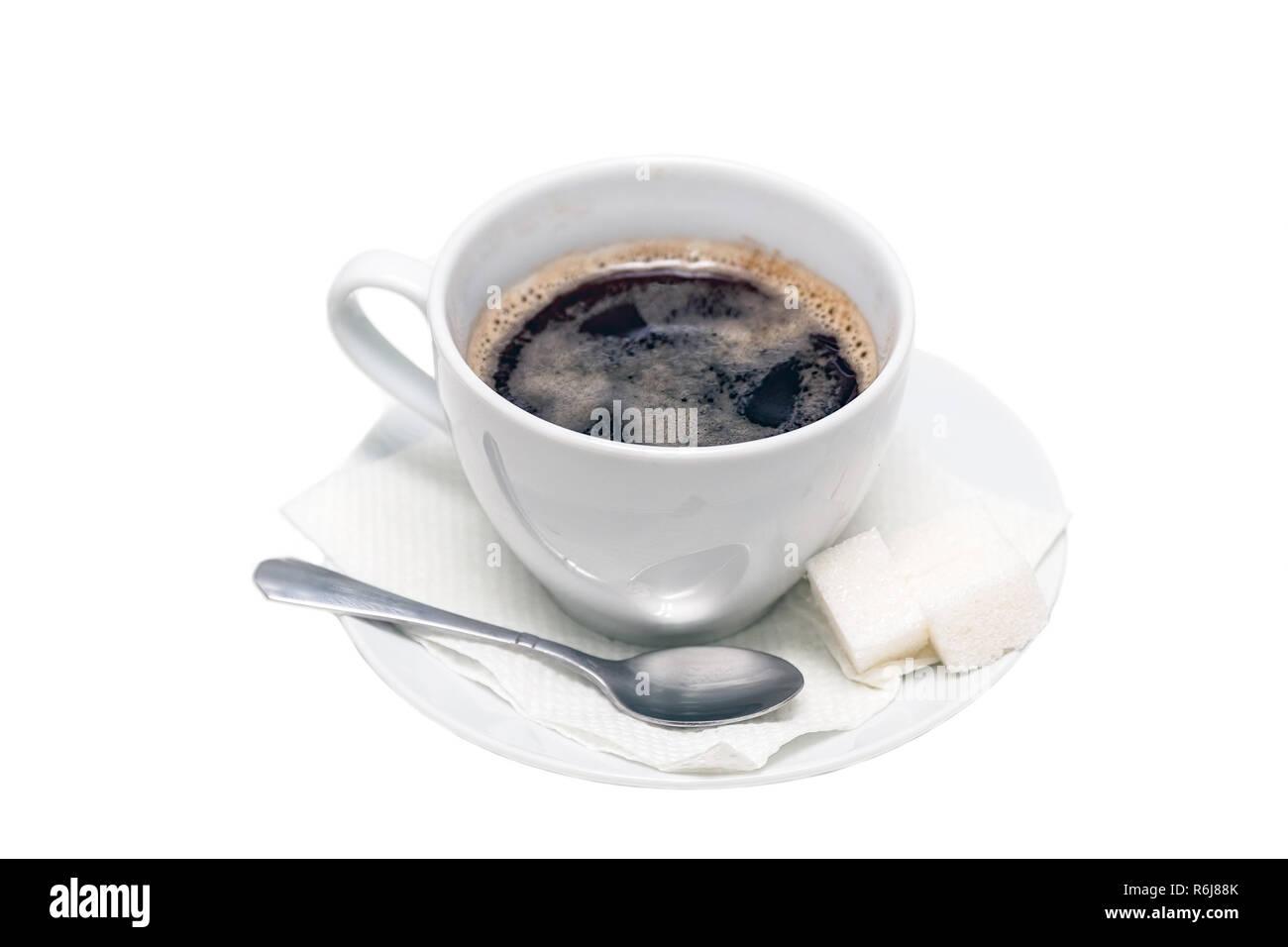 Tasse schwarzen Kaffee auf eine Untertasse mit einer Serviette, einen Teelöffel und Klumpen von Zucker Stockbild