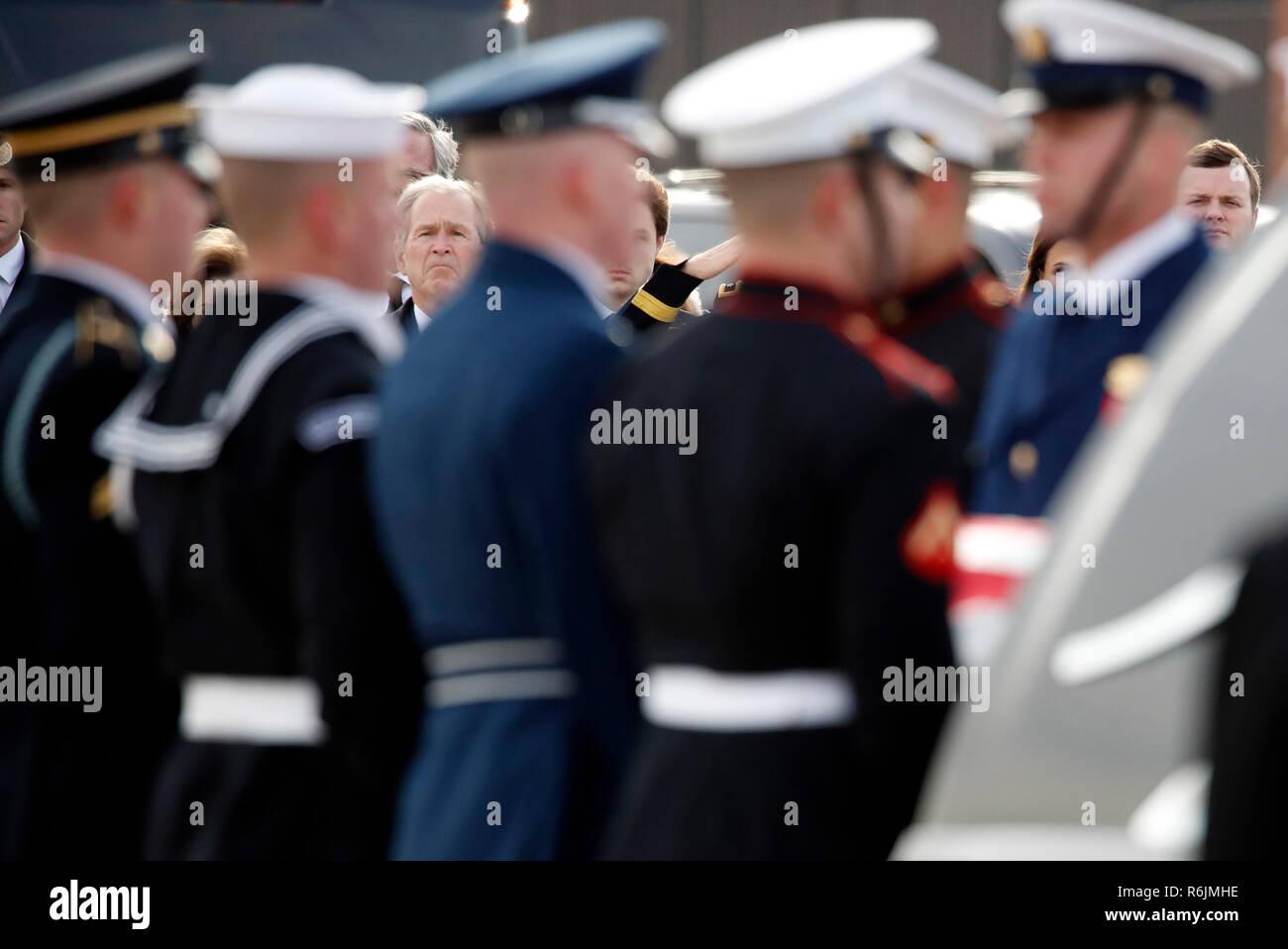 Ehemaliger Präsident George W. Bush Uhren wie die Flagge - drapierte Schatulle des ehemaligen Präsidenten George H.W. Bush wird durch einen gemeinsamen Dienstleistungen militärische Ehrengarde zu speziellen Mission 41, Mittwoch, Dezember 5, 2018 durchgeführt, an der Andrews Air Force Base, Md. Credit: Alex Brandon/Pool über CNP/MediaPunch Stockfoto