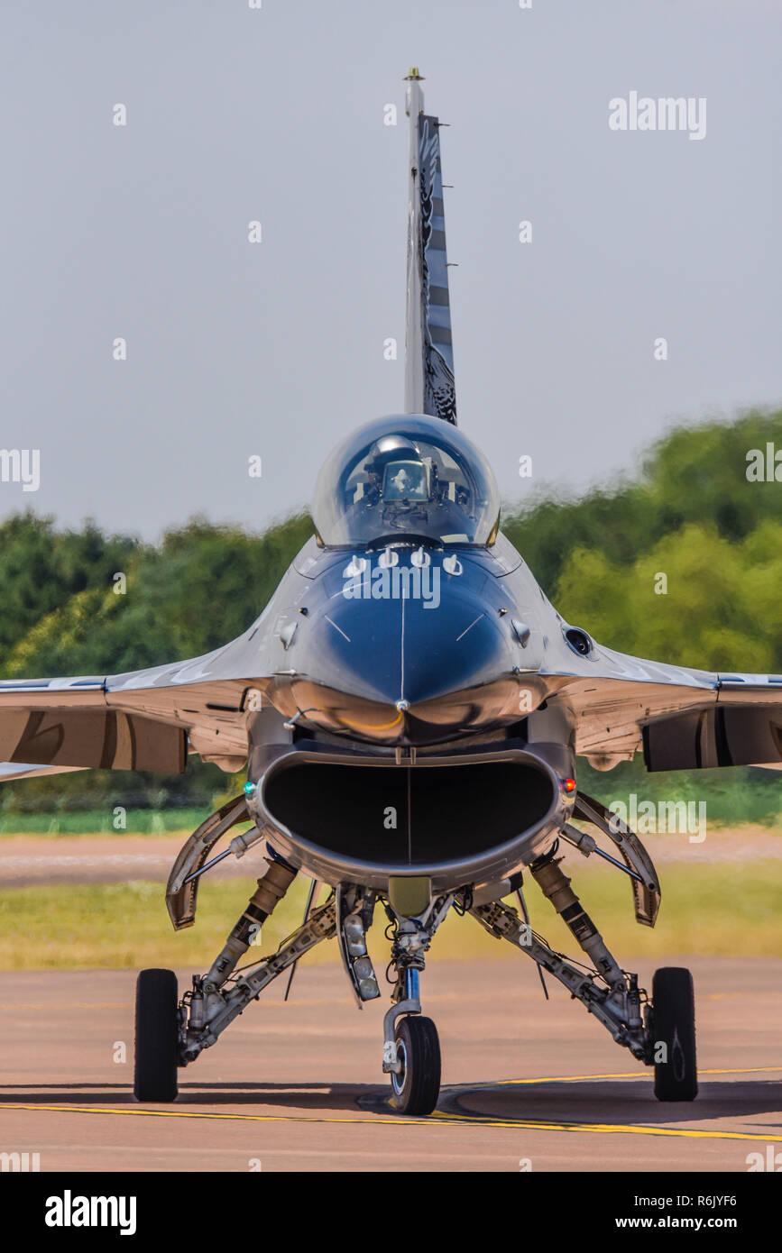 General Dynamics F-16 Fighting Falcon fighter Jet plane im Royal International Air Tattoo, RIAT, RAF Fairford Airshow. Lockheed F16 Front, Profil Stockfoto