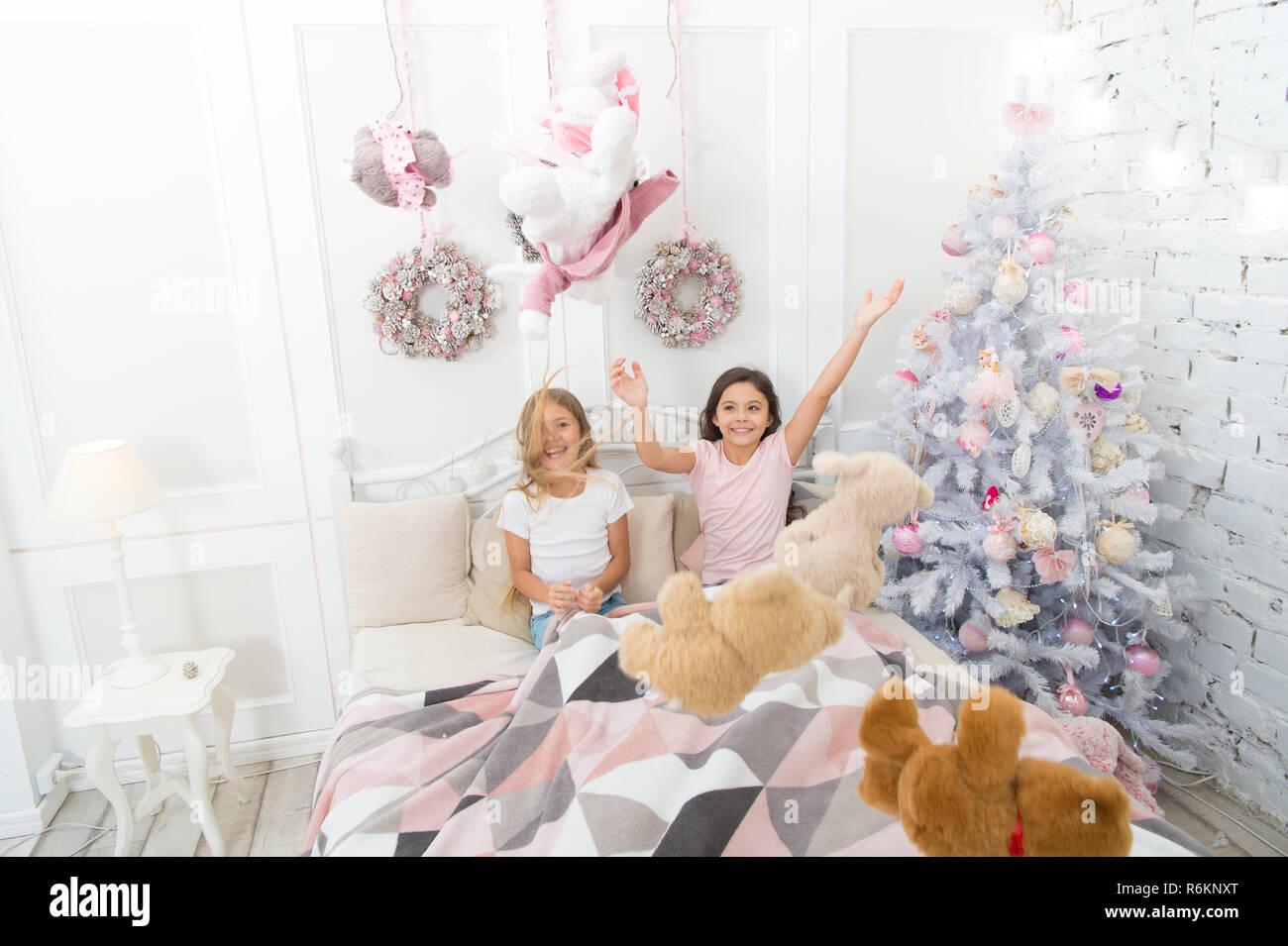 Weihnachtsbaum Spiele.Weihnachtliche Stimmung Happy Kids Im Bett Am Weihnachtsbaum