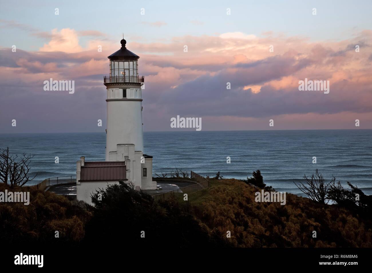 WA 15413-00 ... WASHINGTON - North Head Licht auf einem Kliff mit Blick auf den Pazifischen Ozean in Kap Enttäuschung State Park bei Sonnenaufgang entfernt. Stockfoto