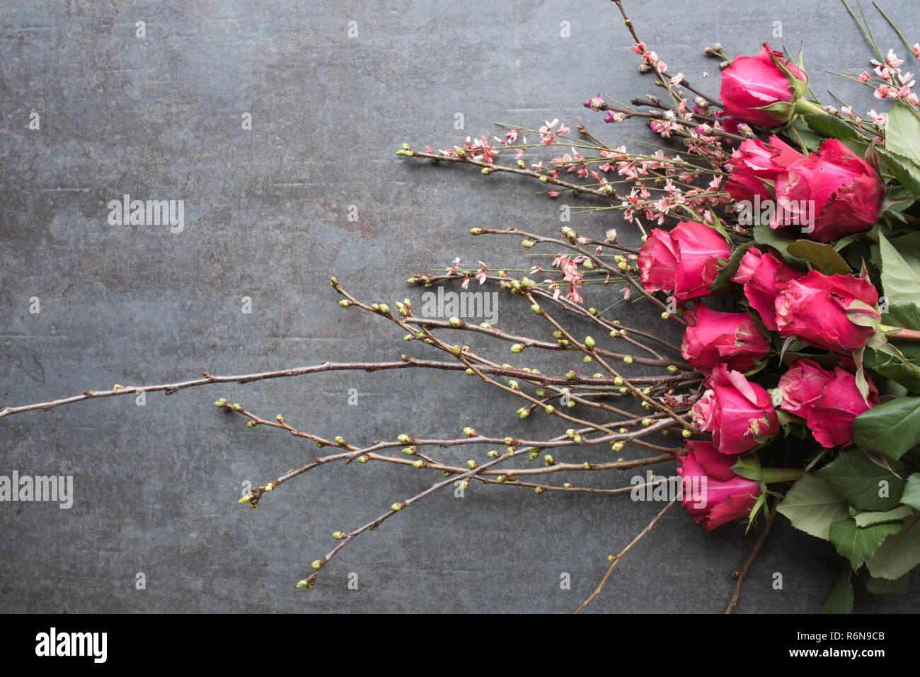 Rote Rosen Auf Eine Moderne Graue Stein Platte