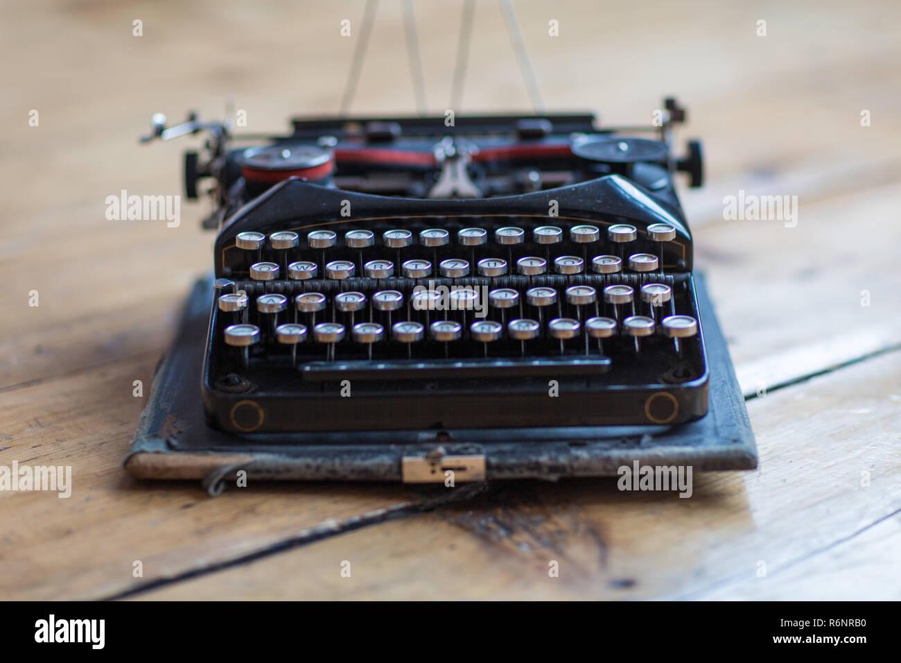 vintage schreibmaschine hero header auf schreibtisch stockbild