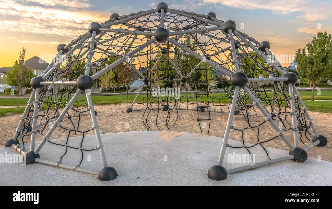 Klettergerüst Aus Seilen : Spielplatz mit geometrischen dome seil klettergerüst stockfoto bild