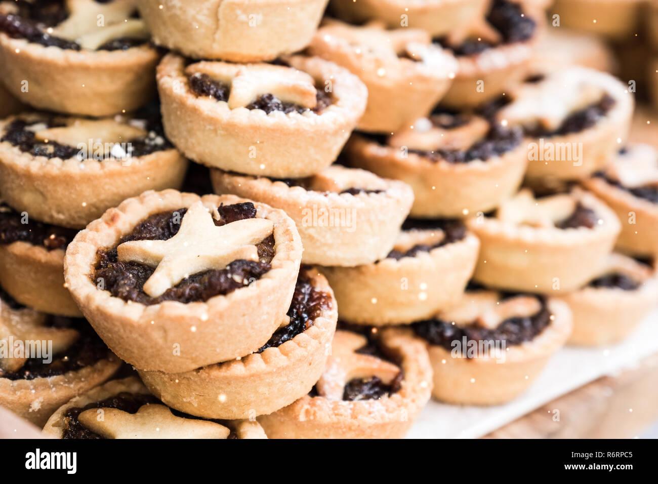 Stapel von lecker (persönlich in die Stichprobe einbezogenen) Weihnachten mince pies bei Bath Weihnachtsmarkt. Stockbild