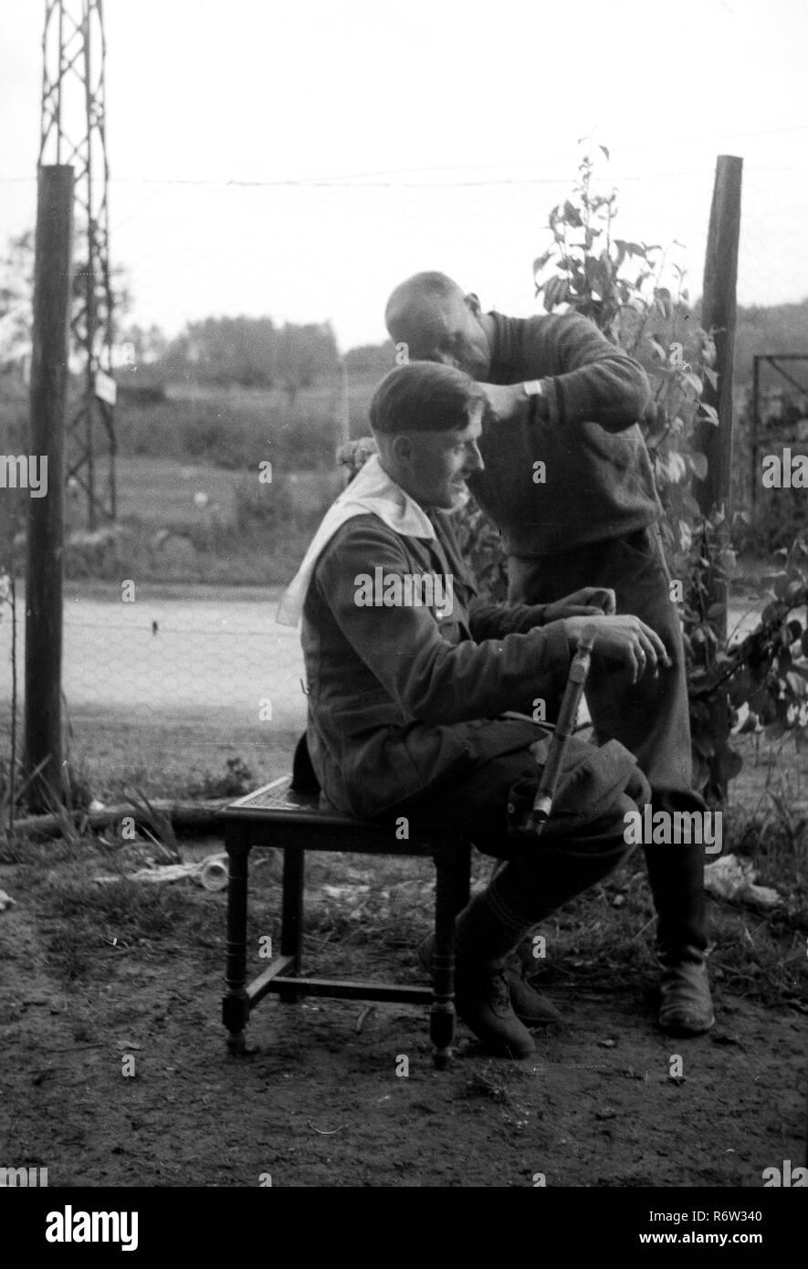 1940 Ww 2 Deutsche Soldaten Erhalten Eine Hitler Stil Der Haare