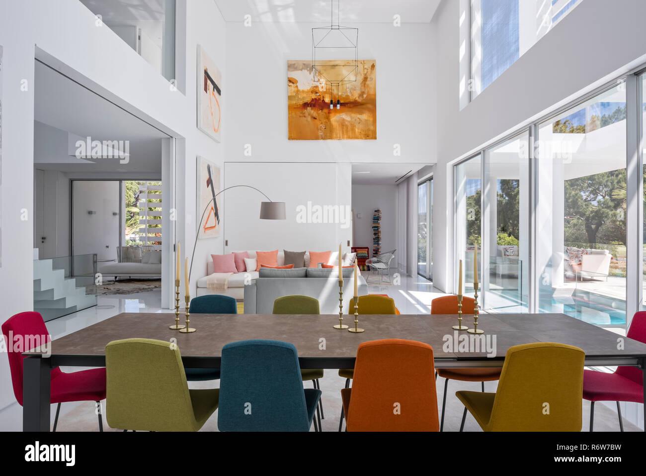 Bunte Stühle im Esszimmer Stühle am Tisch in offenen ...