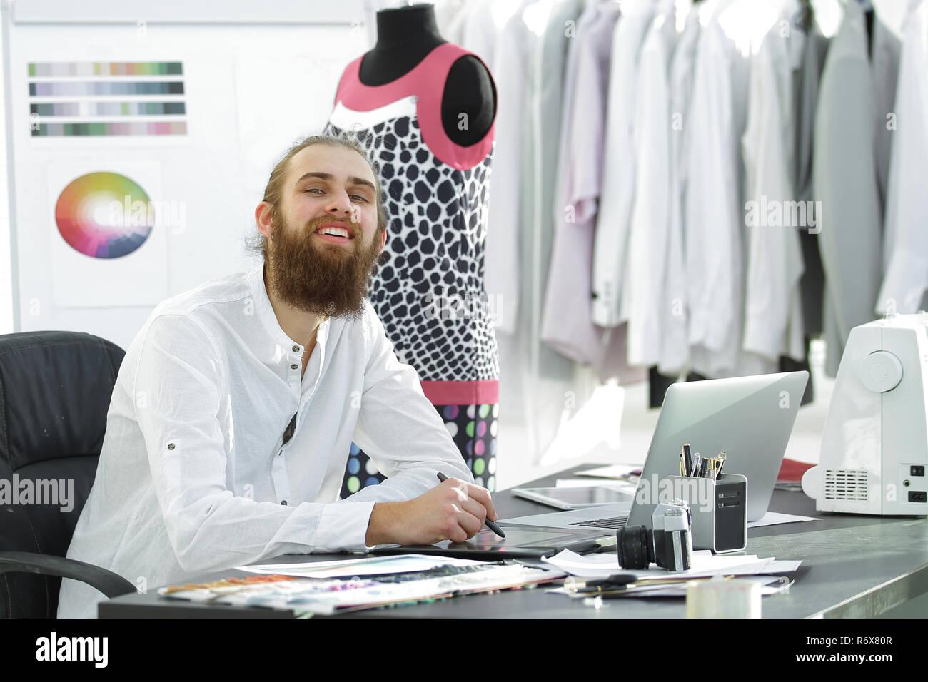 Fashion Designer verwendet ein Grafiktablett Skizzen von Kleidung zu erstellen Stockbild