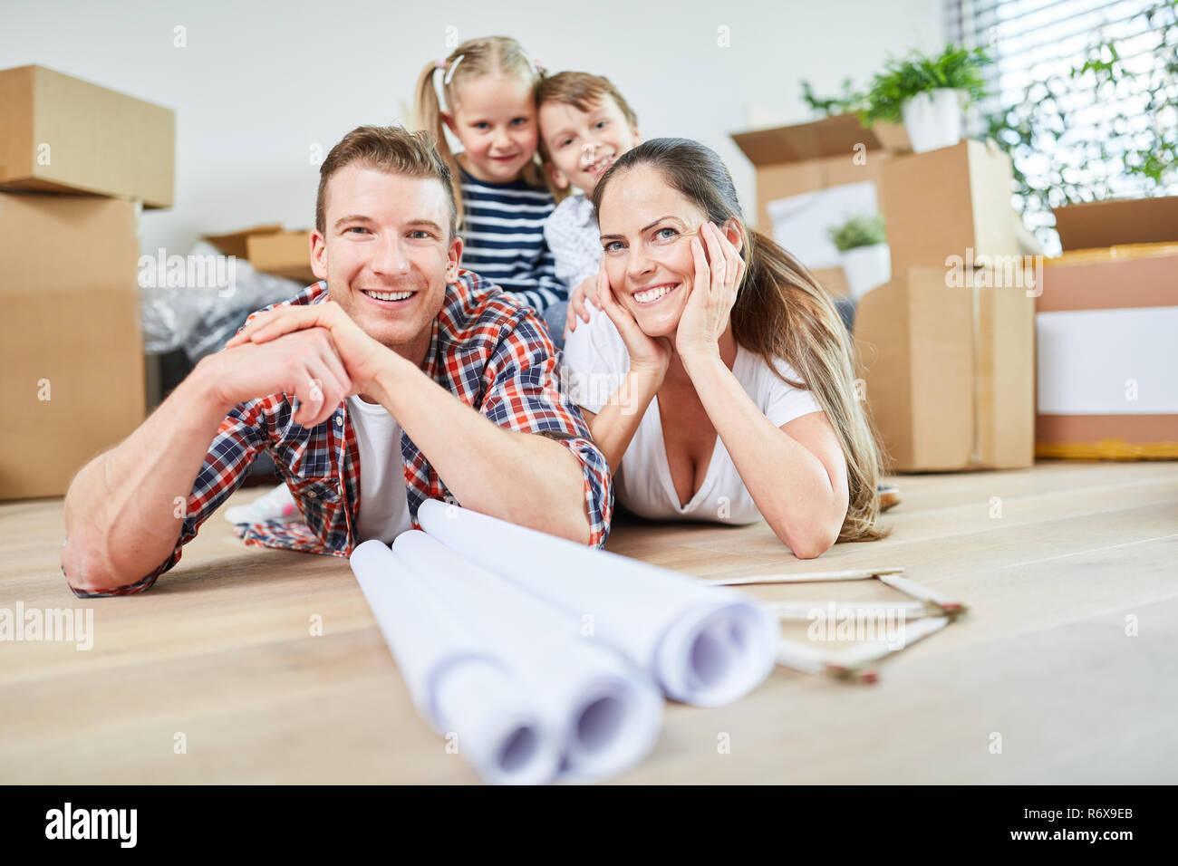 Glückliche Familie und Kinder nach dem Umzug in der neuen Wohnung oder Eigenheim Stockbild