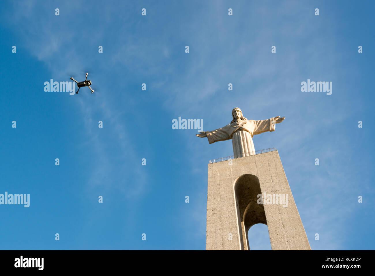 """Statue """"Cristo Rei in Almada, auf den Fluss Tejo mit einer Drohne vorbei. Stockbild"""