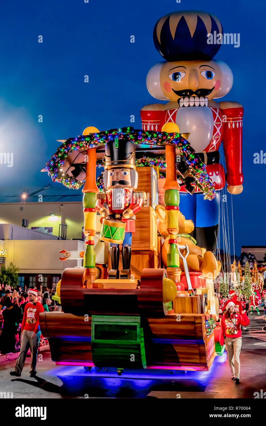 Orlando, Florida - Dezember, 2017: Es ist Weihnachten mit Zinnsoldaten in Universal's Holiday Parade mit Macy's Stockfoto