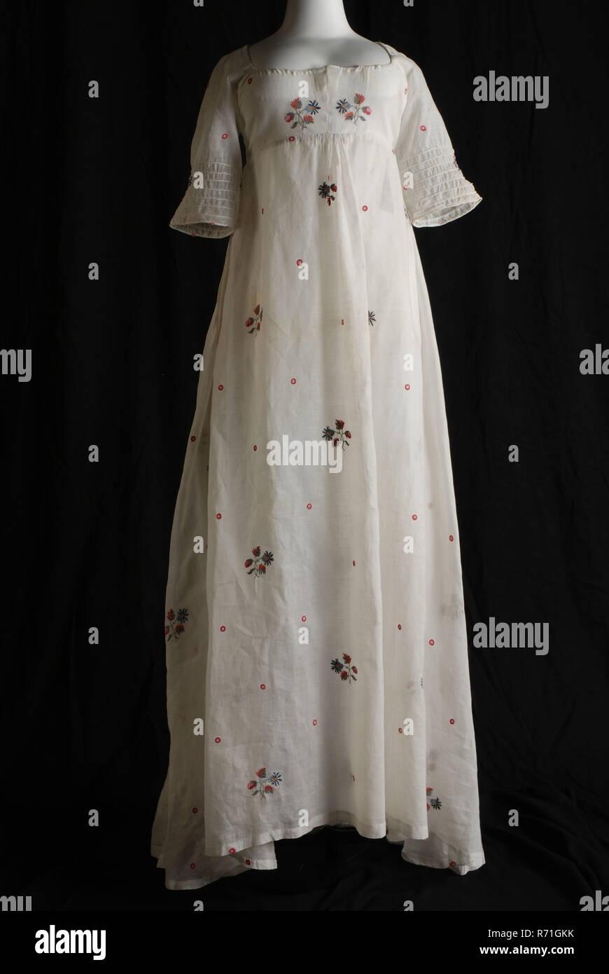 Empire Kleid von weißen Batist bestickt mit bunten Blumenmotiven