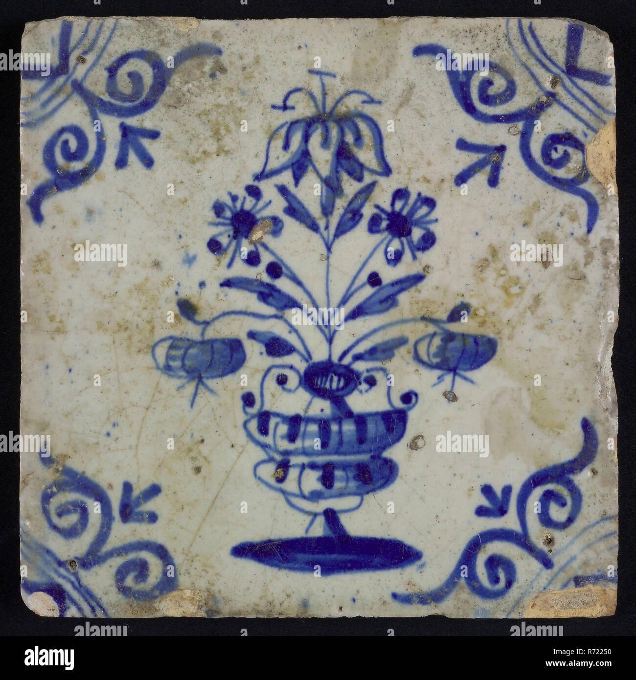 Fliesen, Blumentopf, blaues Dekor weiß, Ecke Füller ox Kopf, wandfliese Kachel skulptur keramik Steingut Emaille tinglage, in Form gebacken, glasiert gebackene Wand Fliese gemalt mit blauem Dekor weiß Zentrale Darstellung von Blumentopf. Orange-gelben Shard. Rasiert Töpferei. Ecke füllen großen Ochsen Kopf leicht schräg Seiten Fliesen komplett mit Lack Schicht bedeckt zu sein scheint, aber vermutlich nicht absichtlich angewendet indigenen Töpferei Stockfoto