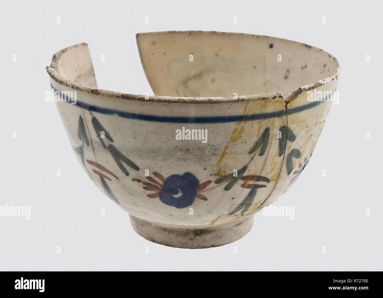Teeschale Mit Einfachen Farbigen Blumengirlanden An Der Aussenwand Schussel Geschirr Halter Boden Keramik Porzellan Finden Glasur