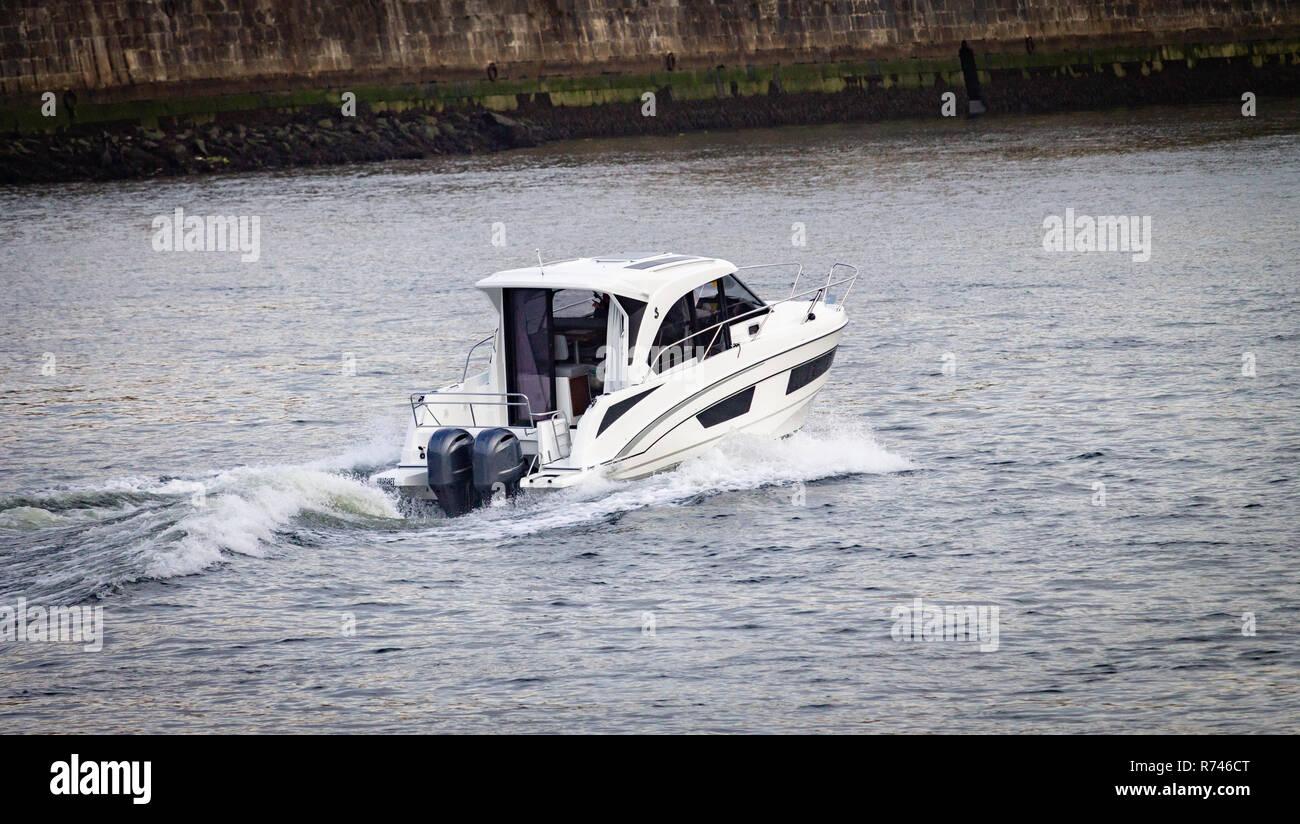 Rückansicht eines weißen Motorboot segeln entlang des Flusses. Stockfoto