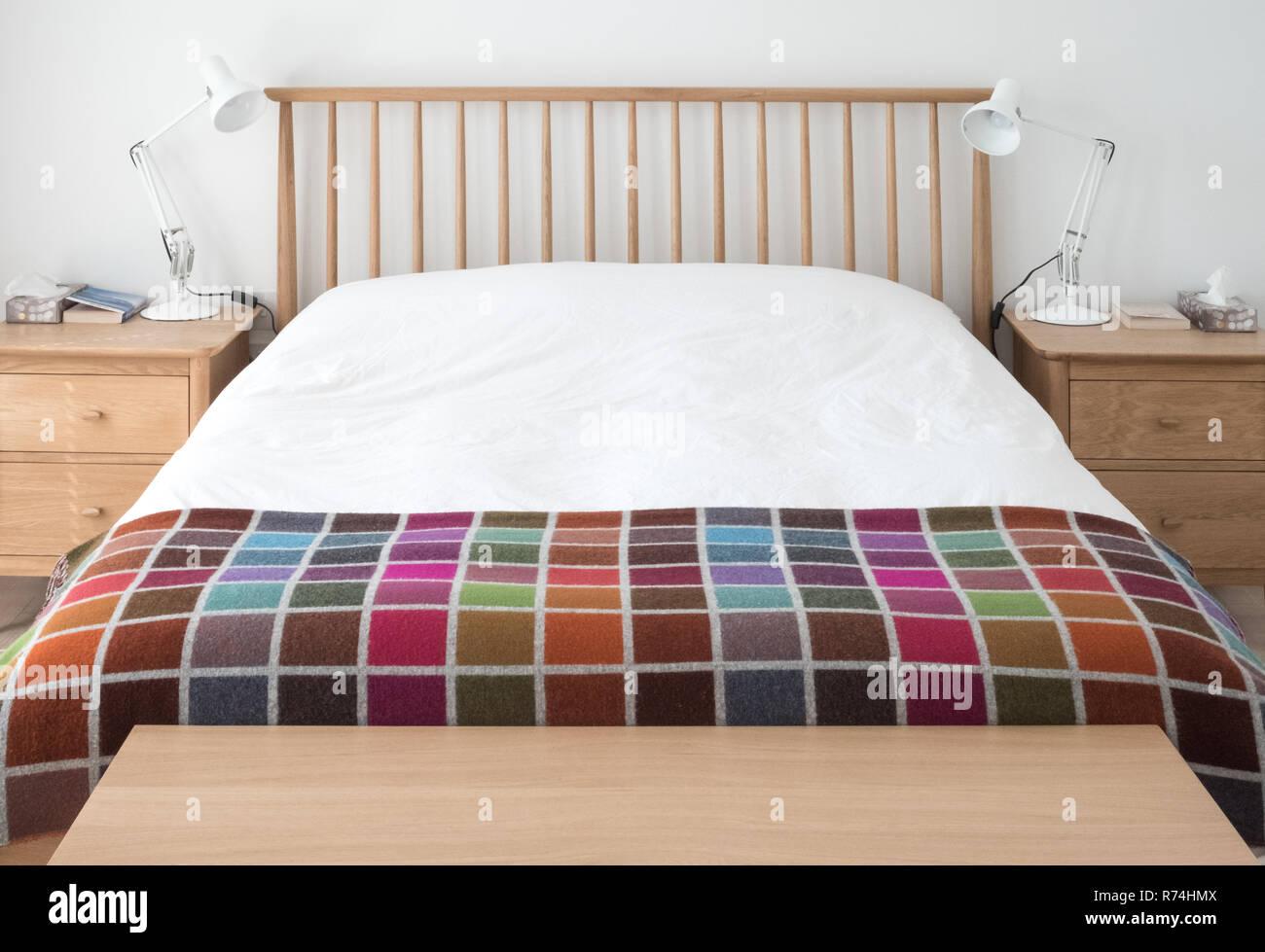 Skandinavisch Inspiriert Minimalistischen Schlafzimmer Innenraum Mit Holz Schlafzimmer Mobel Weissen Wanden Weisser Bettwasche Und Bunten Decke Stockfotografie Alamy