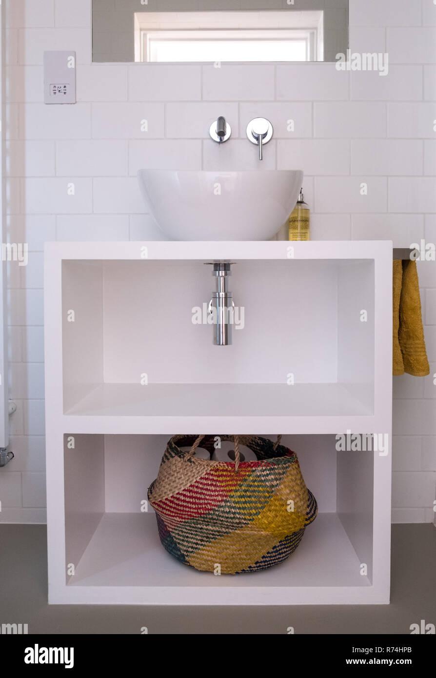 Moderne Weiss Lackierten Mdf Badezimmer Mit Waschbecken Und Bunten