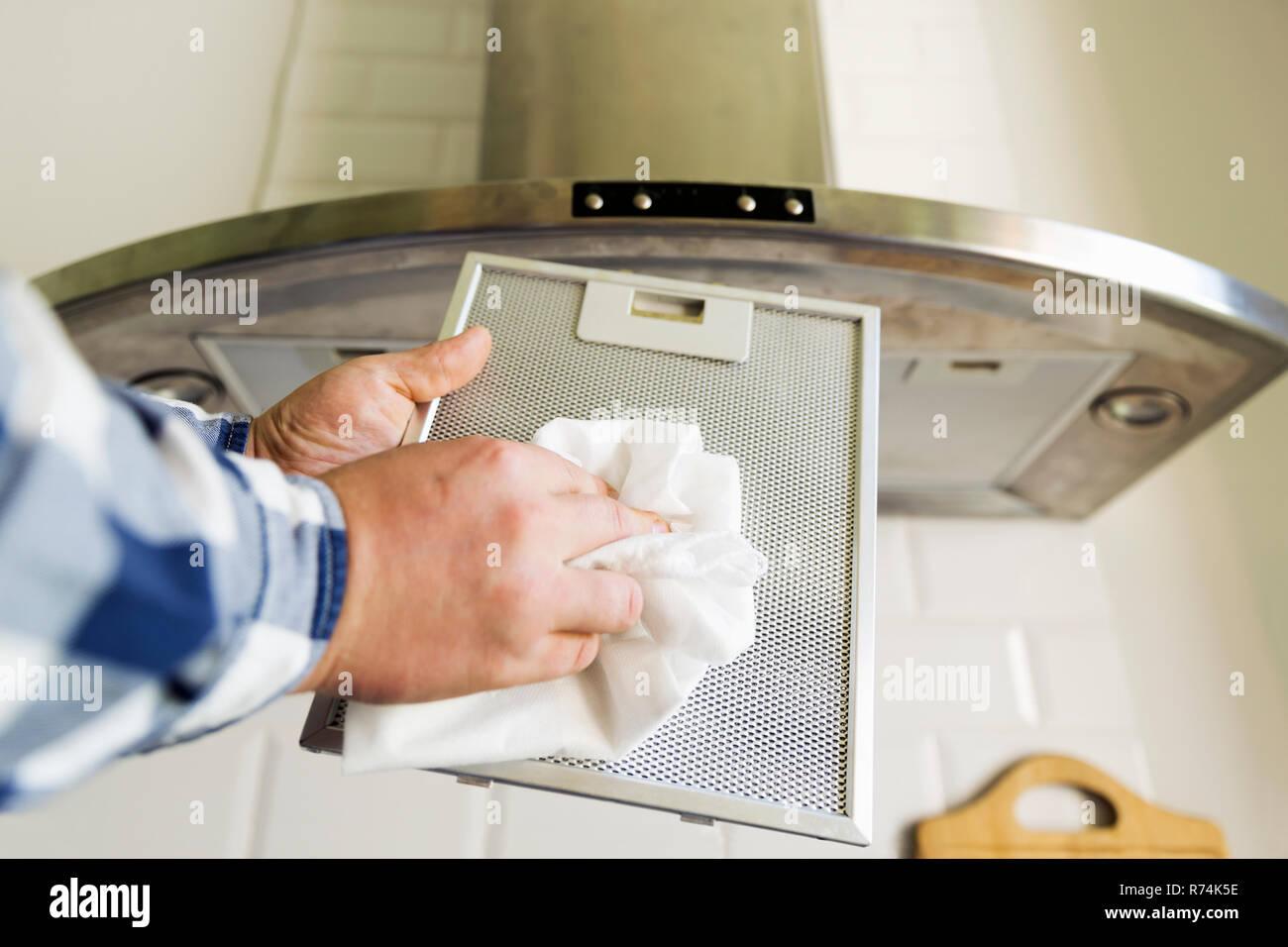 Dunstabzugshaube Aluminium Filter : Des menschen hände reinigung aluminium filter für abzugshaube