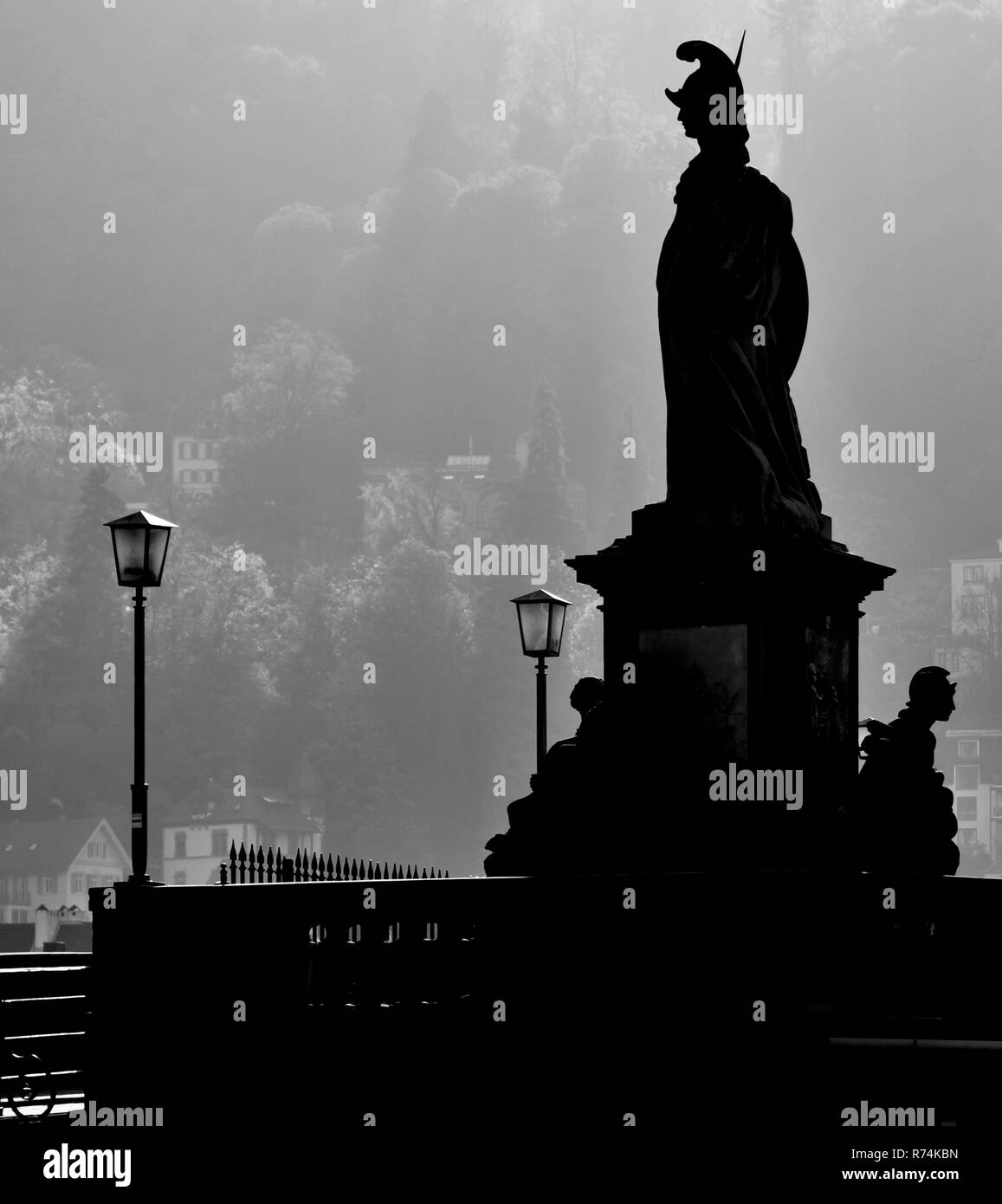 Skulptur Kontur auf der Brücke mit Lampen Stockbild