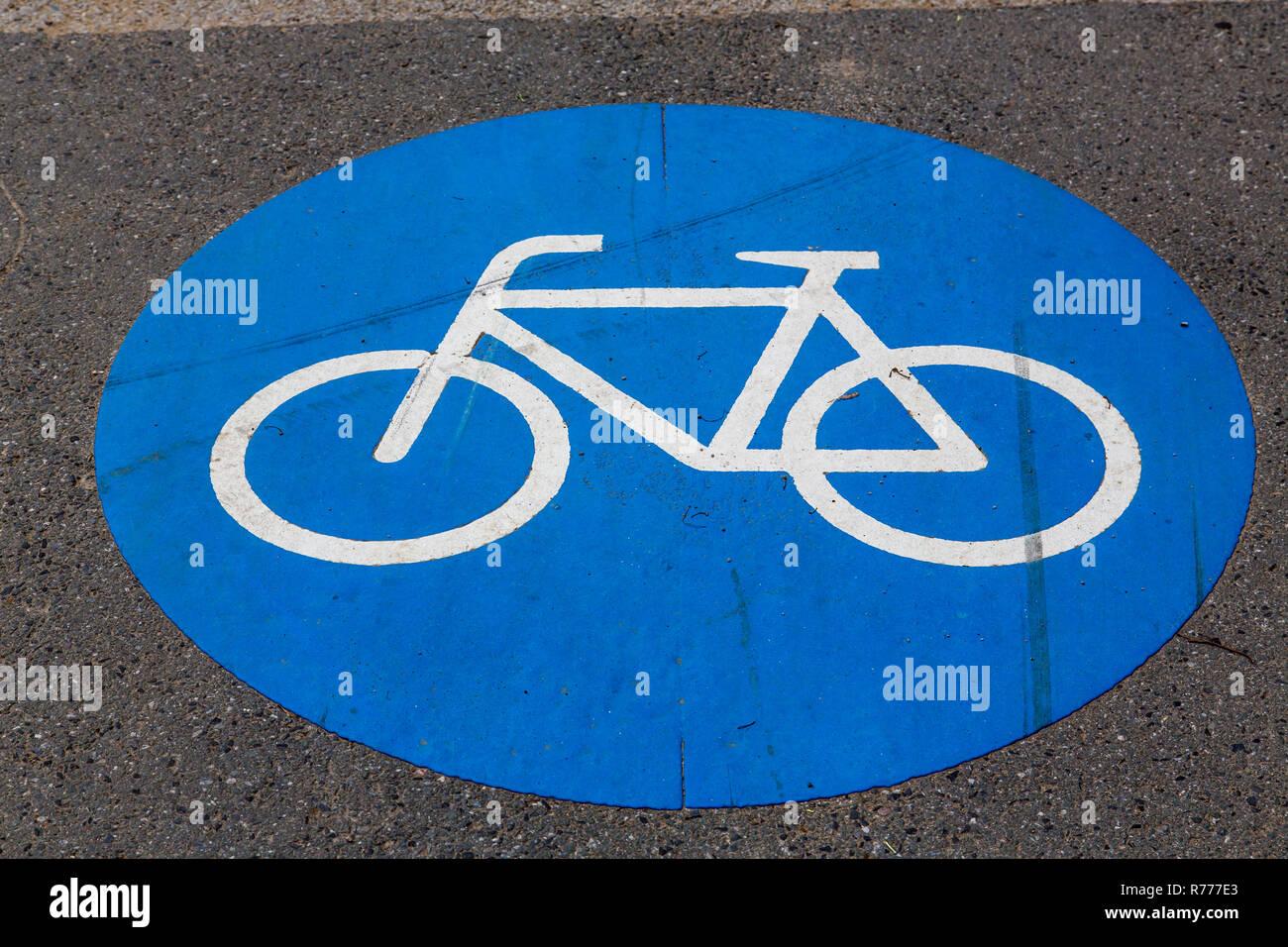Radweg Markierung auf einem Gehsteig Stockfoto