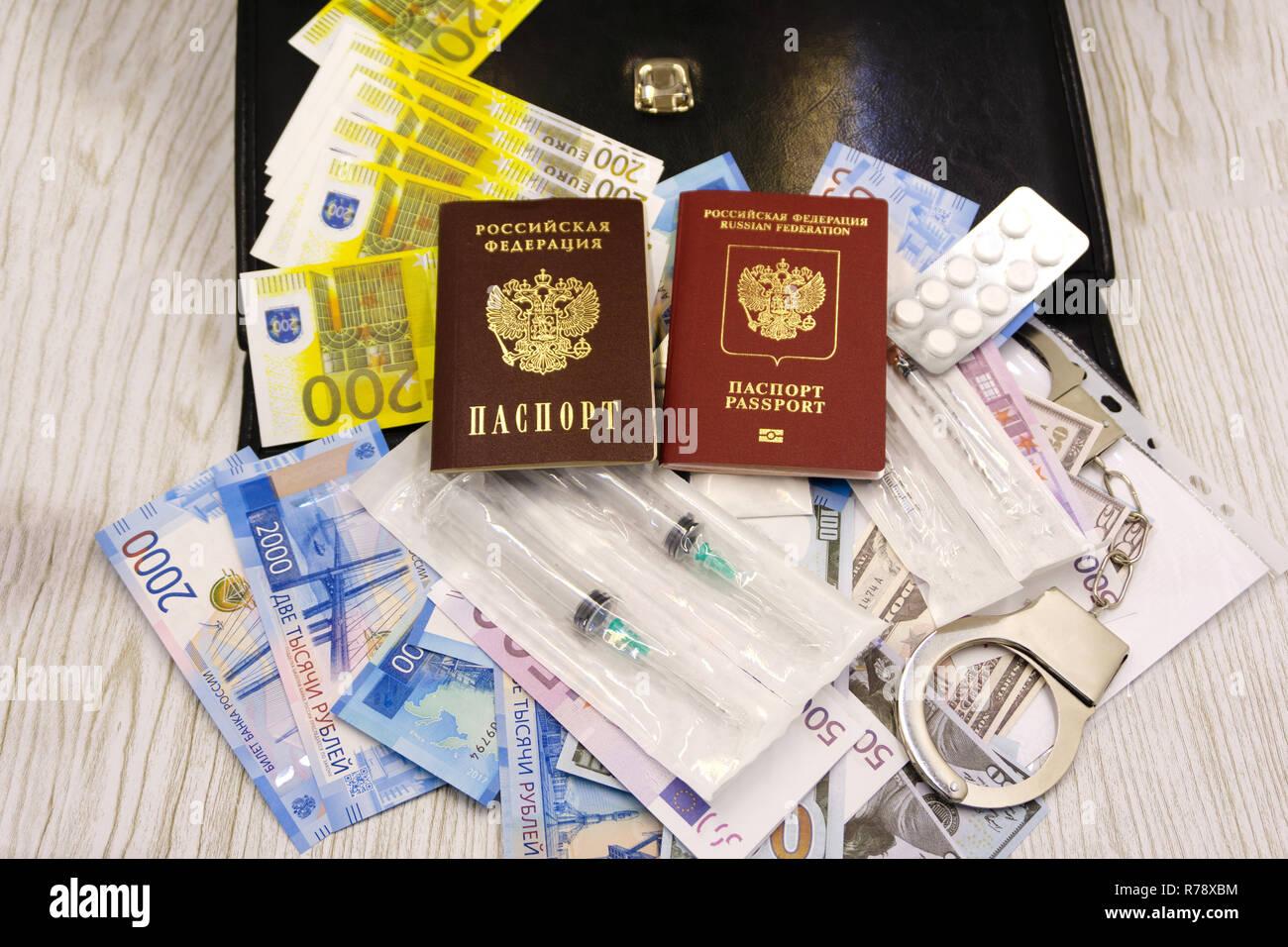 Eine Südafrikanische Reisepass und Medikamente auf einen hölzernen Tisch. Reisen Medikamente Konzept Bild Stockfoto
