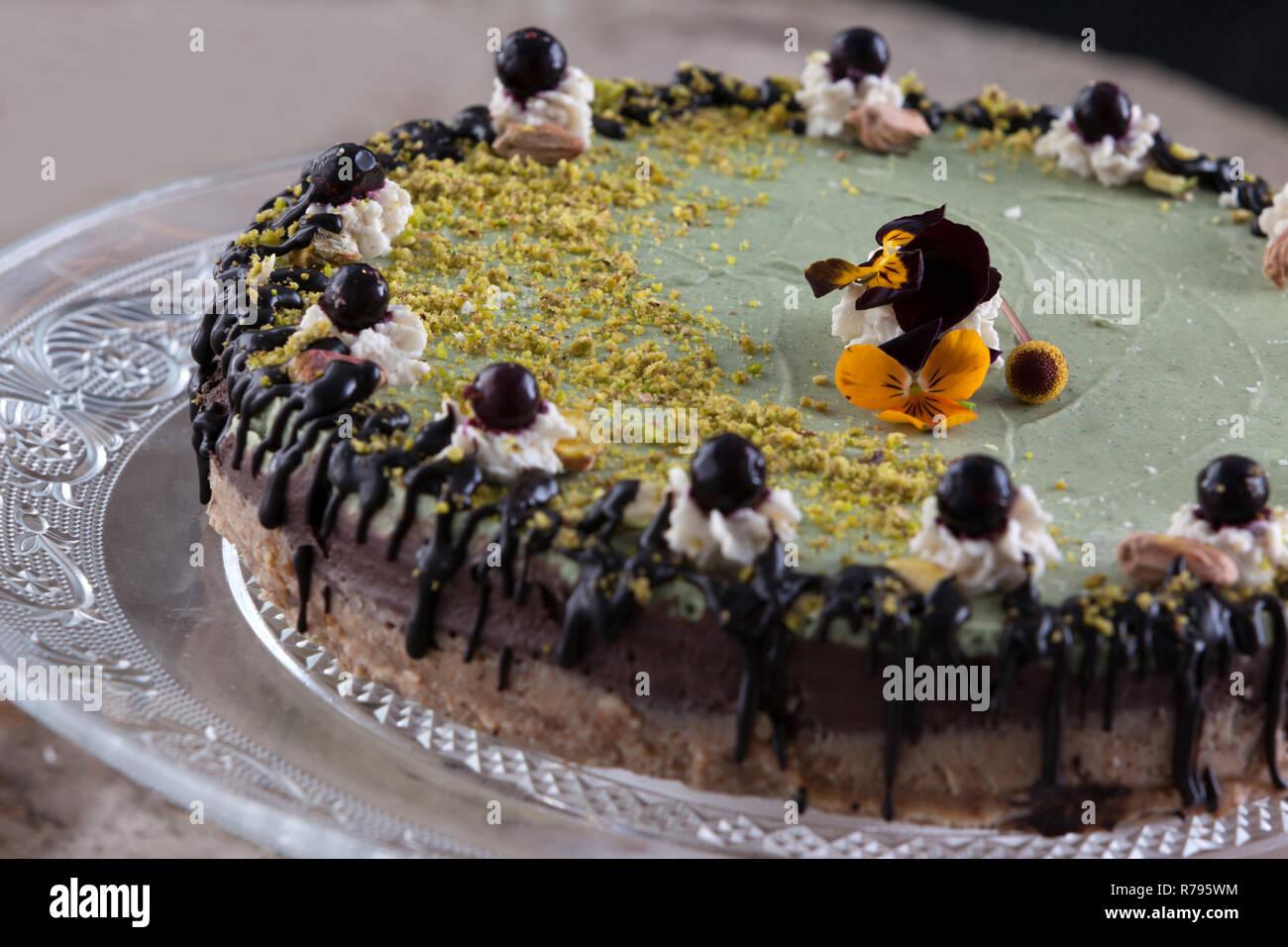 Kostliche Raw Vegan Kuchen Mit Schonen Verzierungen Stockfoto Bild