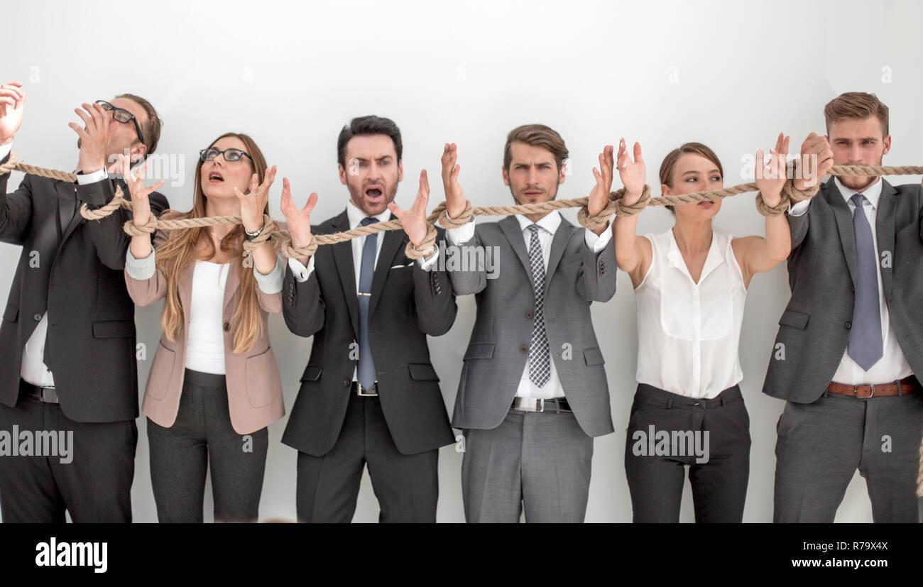 Erschrocken Gruppe von Geschäftsleuten mit einem Seil gebunden. Stockbild
