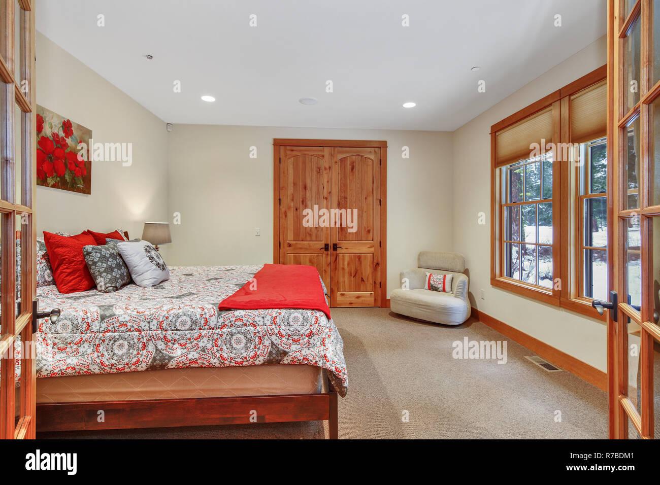 Schönes Schlafzimmer Einrichtung mit beigefarbenen Wänden ...