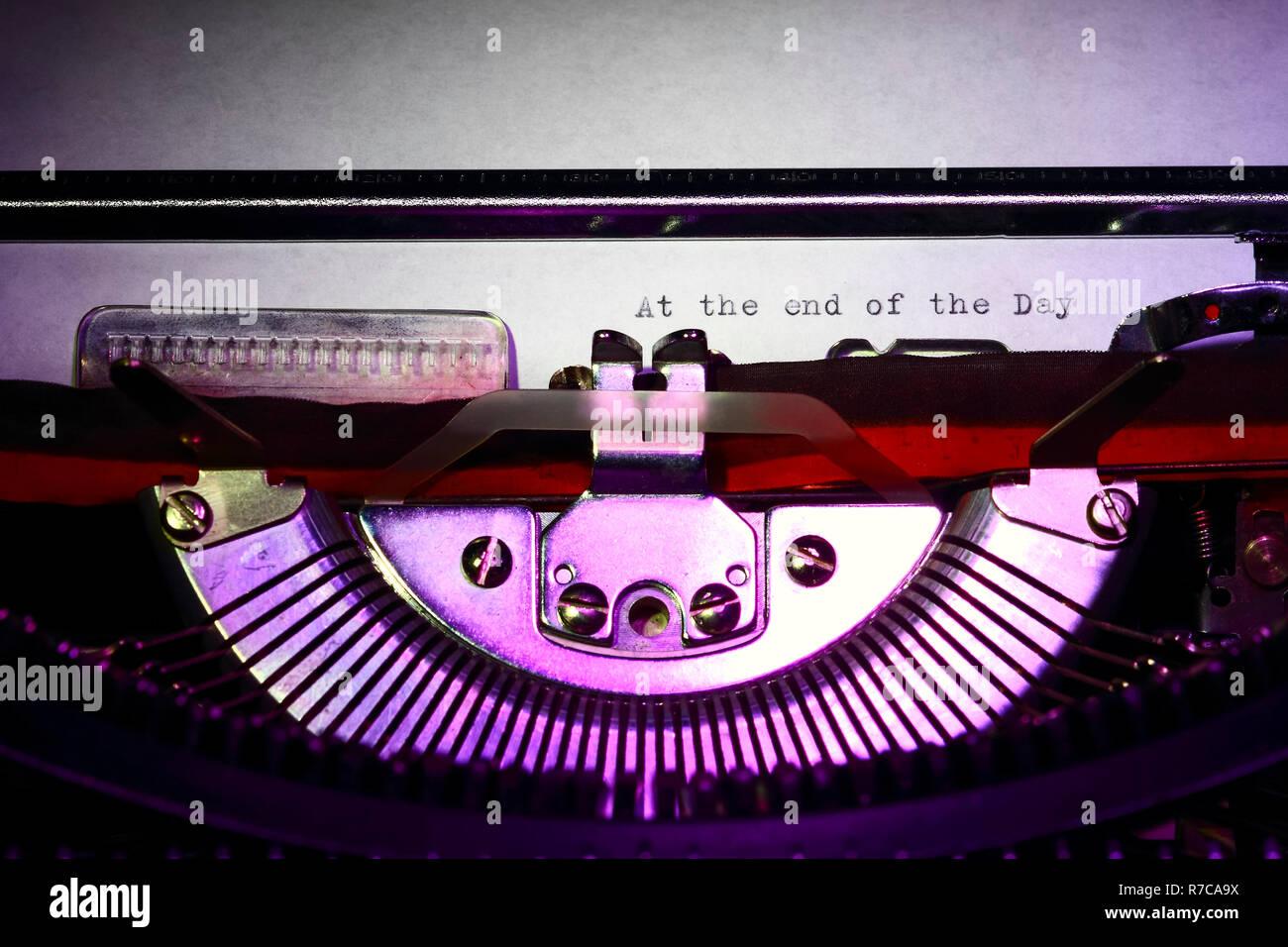 Vintage Schreibmaschine mit der Phrase, die am Ende des Tages auf einen Brief drucken Stockfoto