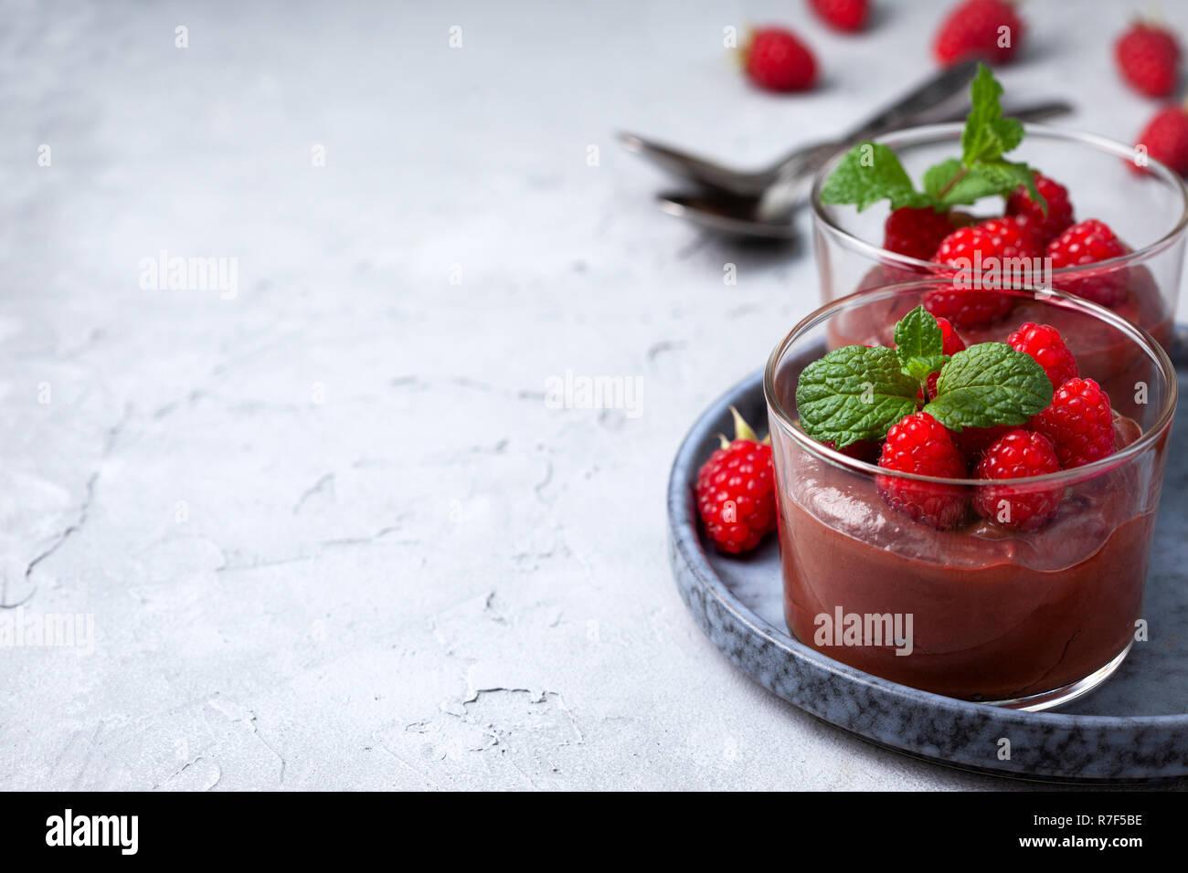 Mousse Au Chocolat Mit Himbeeren Im Glas Servieren Gläser Auf Grauem