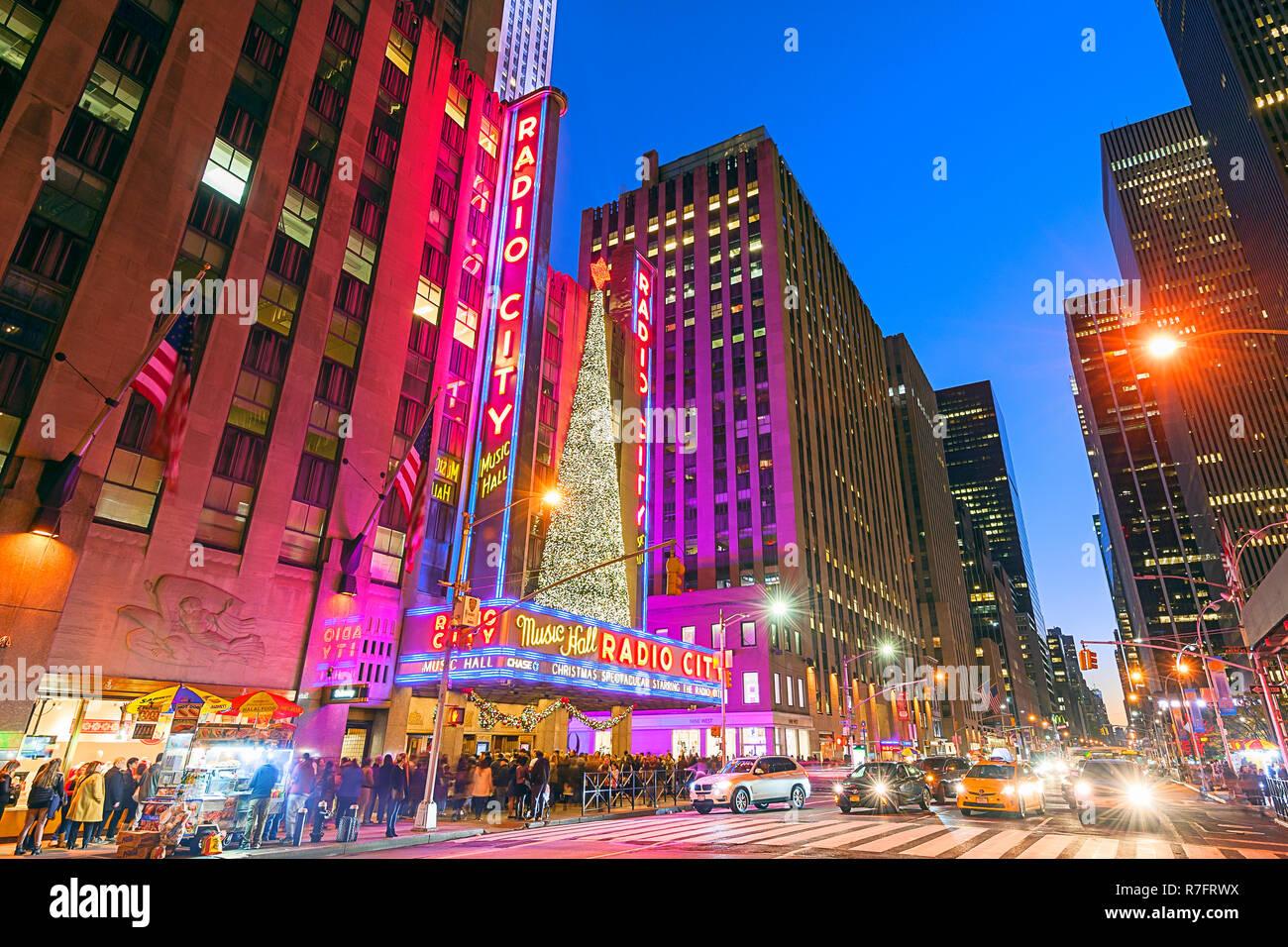 Die Radio City Music Hall Weihnachtszeit Rockefeller Center Avenue of the Americas New York City Stockbild