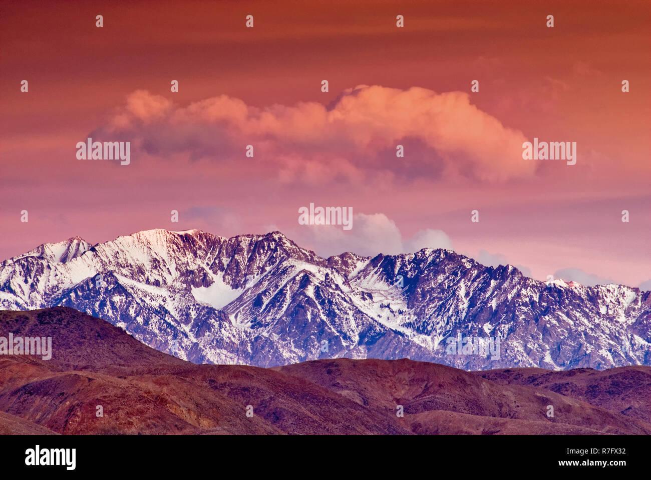 Alpenglow Phänomen vor Sonnenaufgang über der östlichen Sierra Nevada, Alabama Hills im Vordergrund, im Winter in der Nähe von Lone Pine, Kalifornien, USA Stockbild